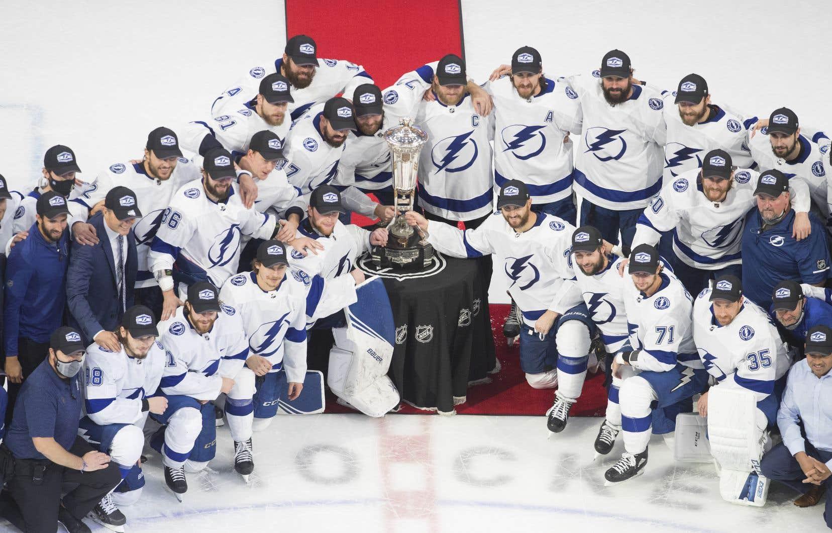 Le Lightning de Tampa Bay en compagnie dutrophée Prince de Galles remis au champion de la finale de l'Association de l'Est.