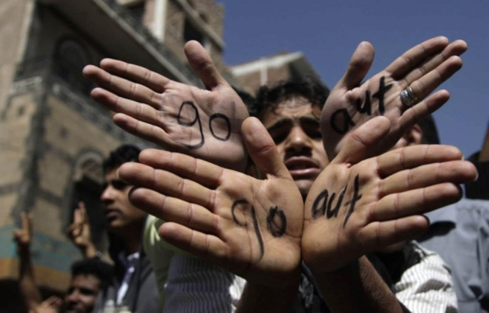 Des Yéménites ont inscrit «go out» sur leurs mains, un message destiné au président Saleh.