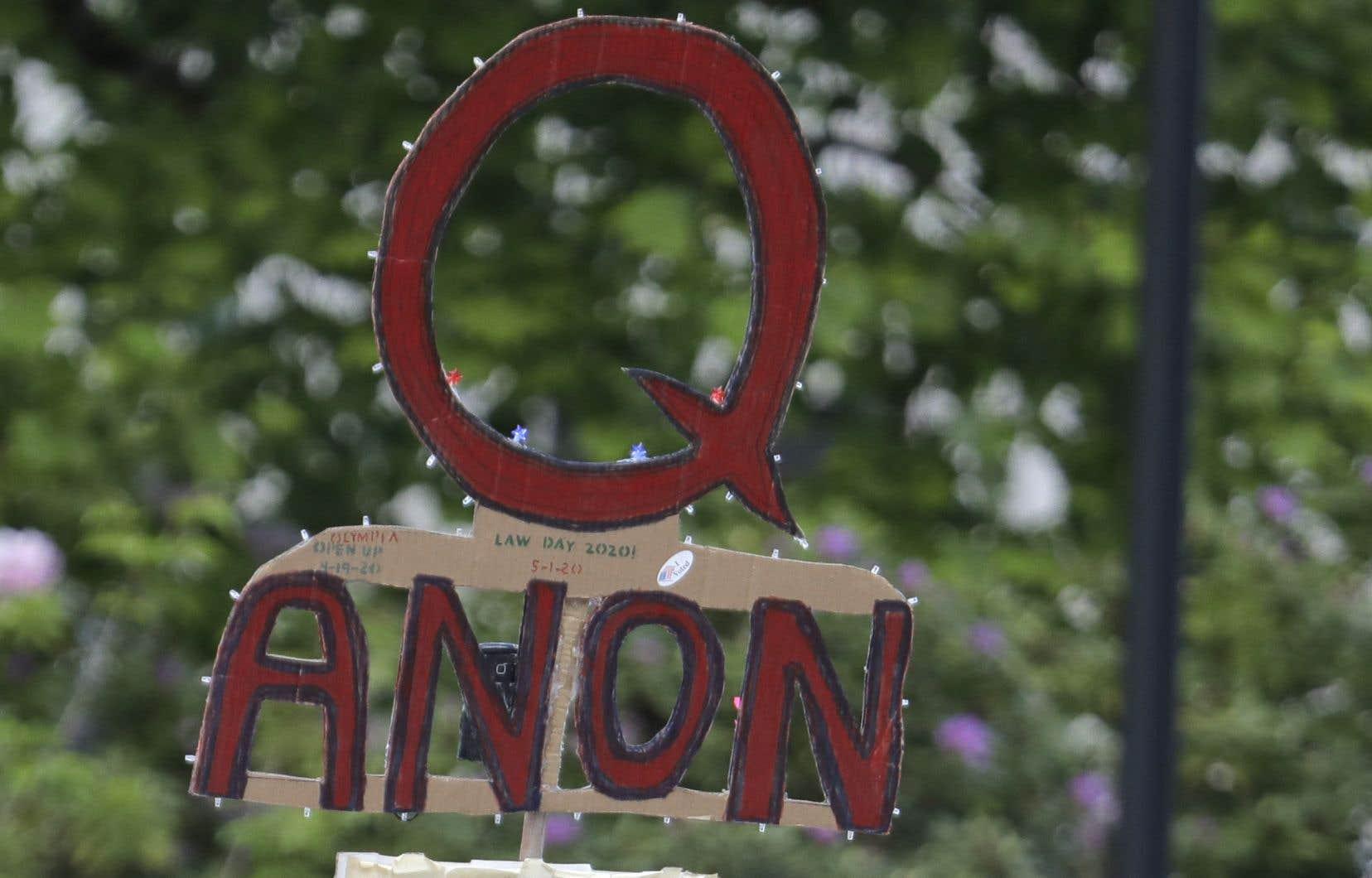 Au moins 81 candidats actuels ou anciens candidats à un poste de législateur ont soutenu la théorie du complot ou promu le contenu de QAnon.