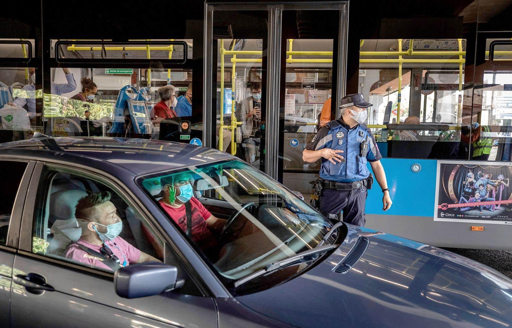 La police de Madrid a placé plusieurs points de contrôle routiers. Plus de 850000 habitants de la ville ont interdiction de quitter leur quartier, sauf pour aller travailler, étudier ou chez un médecin, répondre à une convocation légale ou s'occuper de personnes dépendantes.