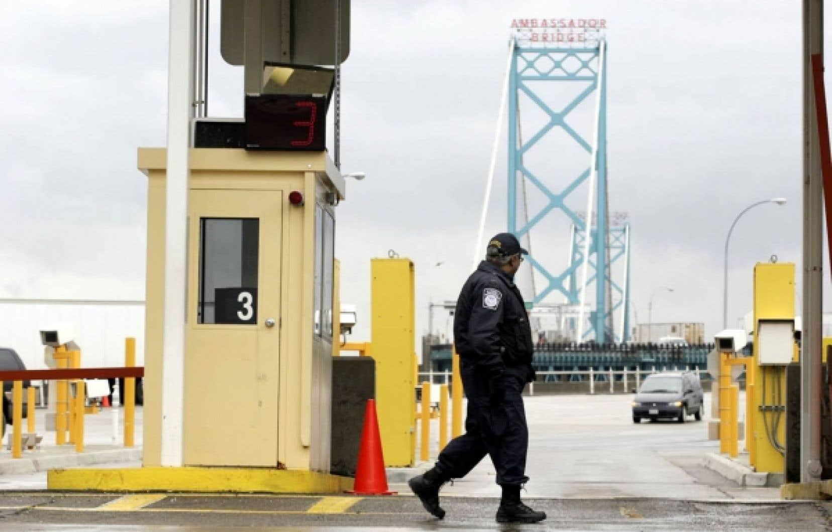 Le pont Ambassadeur, qui relie les villes de Detroit et de Windsor, est le principal lien routier entre les États-Unis et le Canada.<br />