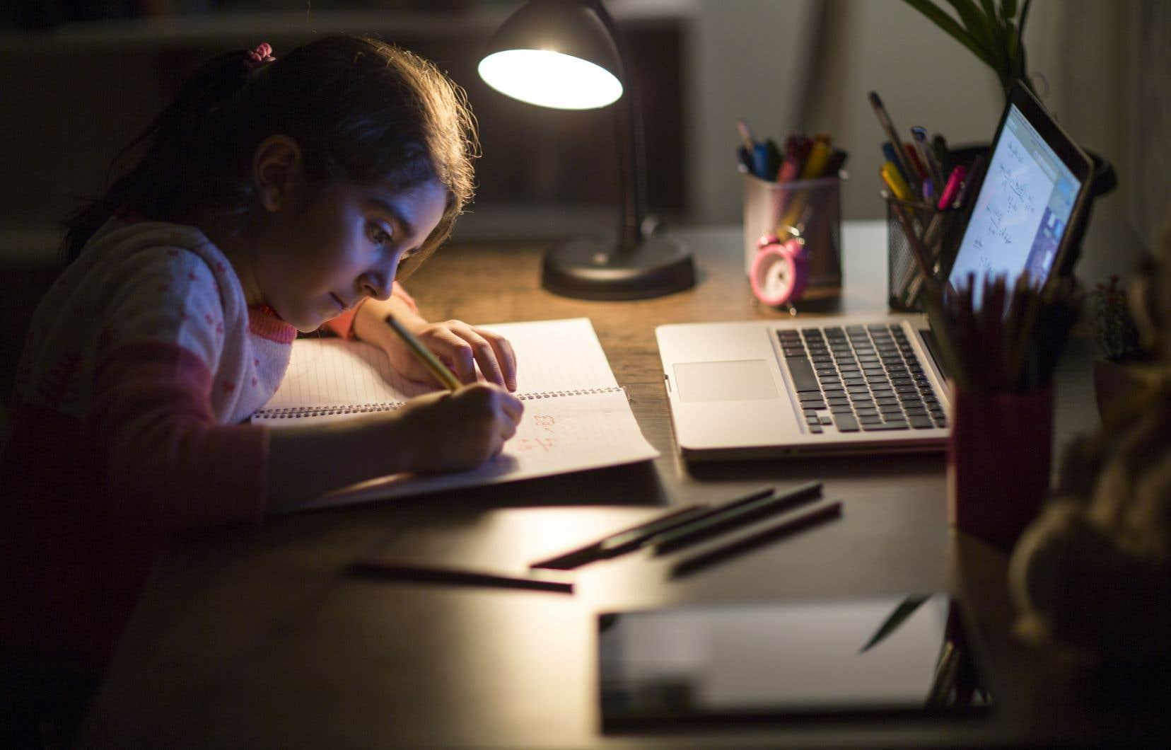 «Pourquoi ne pas adopter des pédagogies basées sur l'enseignement inversé avec un soutien particulier à des moments charnières, notamment auprès d'élèves à besoins particuliers?», se questionnent les autrices.