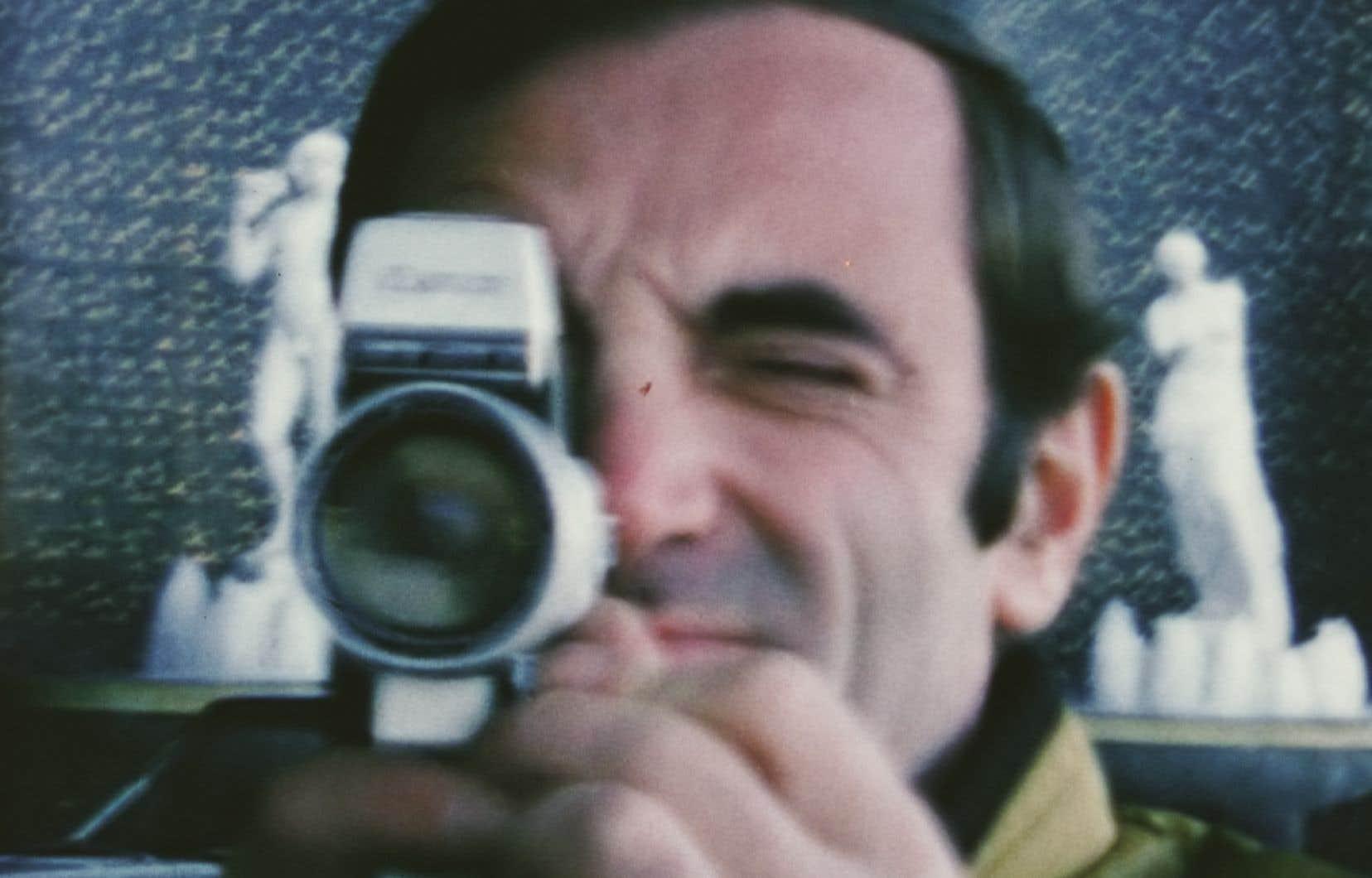 Un des fils de Charles Aznavour, Mischa, dit avoir toujours vu son père caméra au poing.