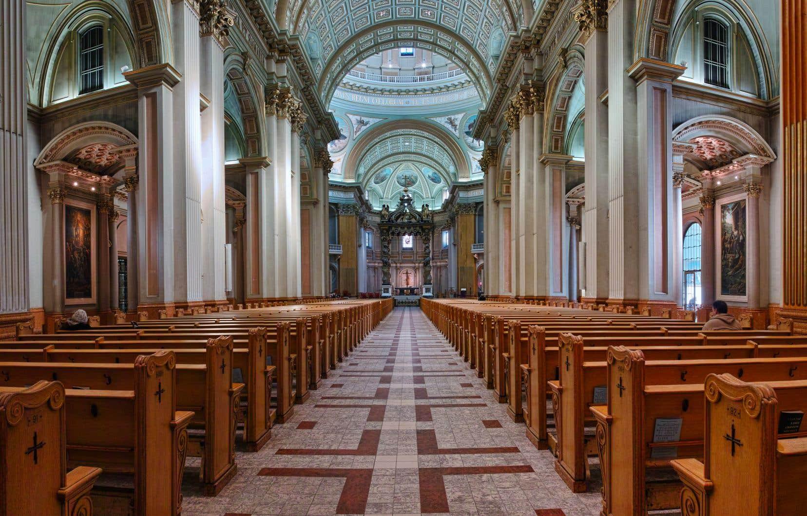 «Est-ce logique de limiter à 25 personnes l'entrée pour une messe dominicale à la cathédrale Marie-Reine-du-Monde, alors que celle-ci peut très bien accommoder plus de 1800 personnes en temps normal?», se demande l'auteur.