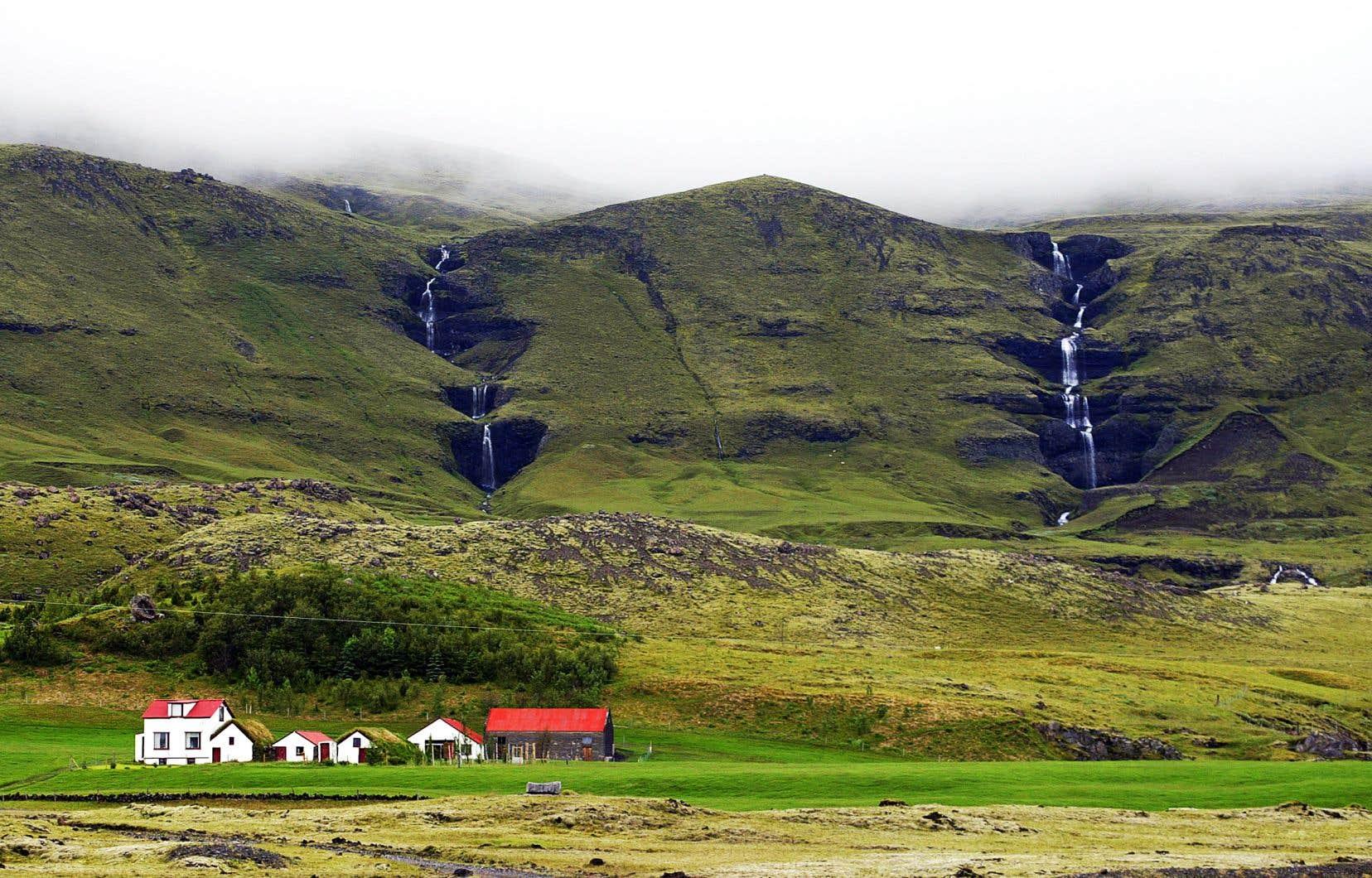 Une ferme près des sommets volcaniques de la côte islandaise