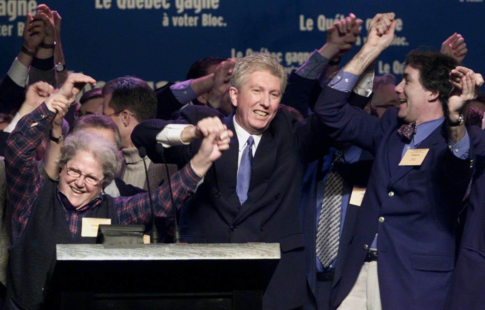 Suzanne Tremblay, à gauche, main dans la main avec Gilles Duceppe, en 2000