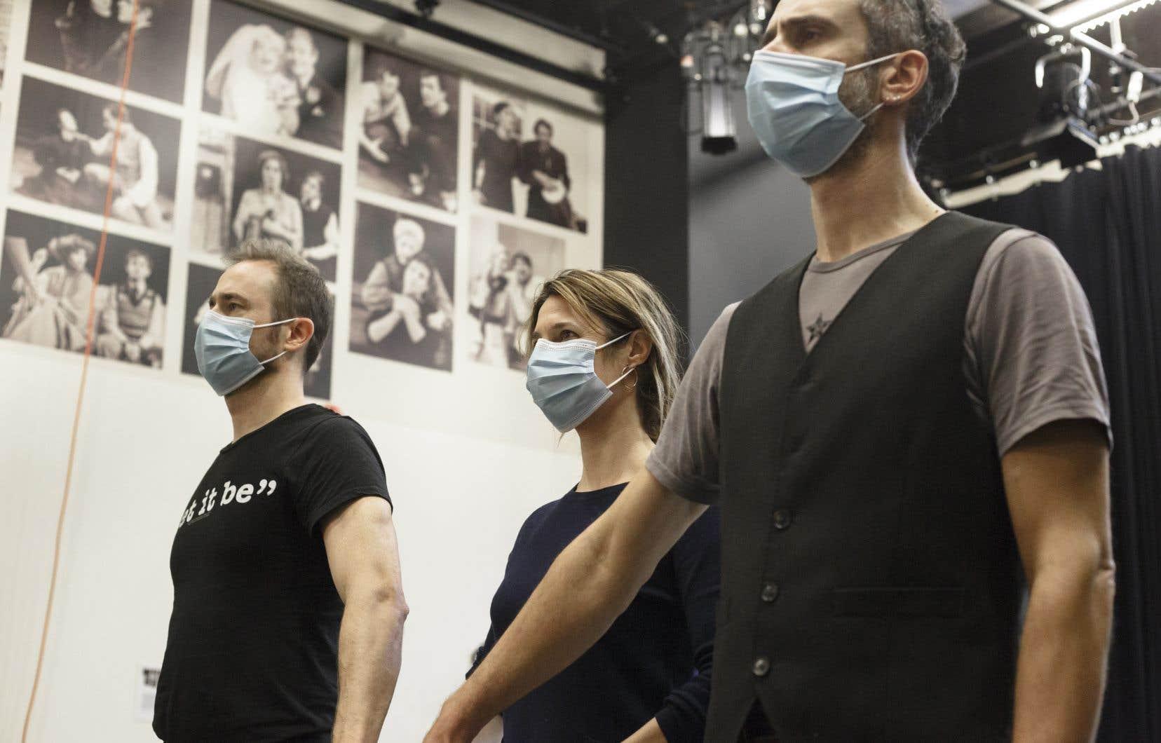 Le triangle  composé de Pierre (Renaud Paradis), d'Isabelle (Julie  Daoust) et de  Joseph (Ariel Ifergan) met en scène des relations de pouvoir qui n'ont pas pris une ride. Sur cette image, une répétition de la pièce dans l'actuel contexte pandémique.