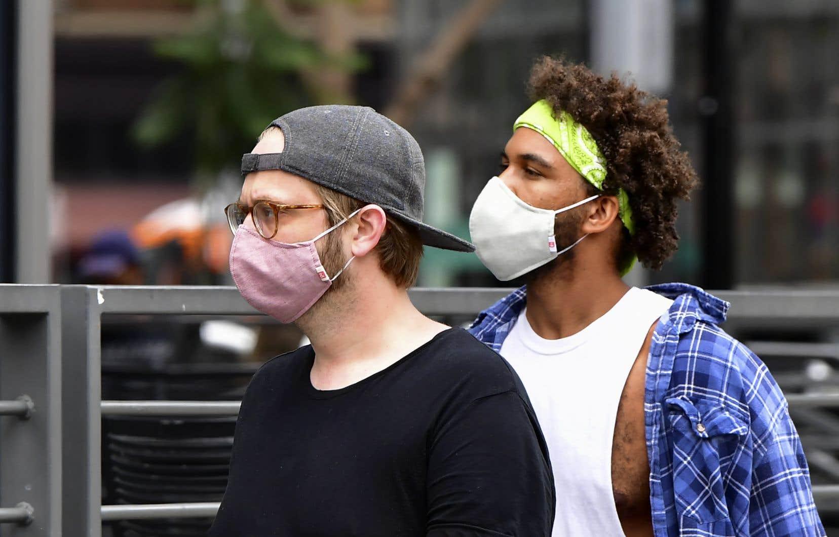 Une étude menée aux États-Unis a montré que les jeunes infectés ont été les vecteurs de transmission communautaire chez les gens d'âge moyen, puis chez les aînés.