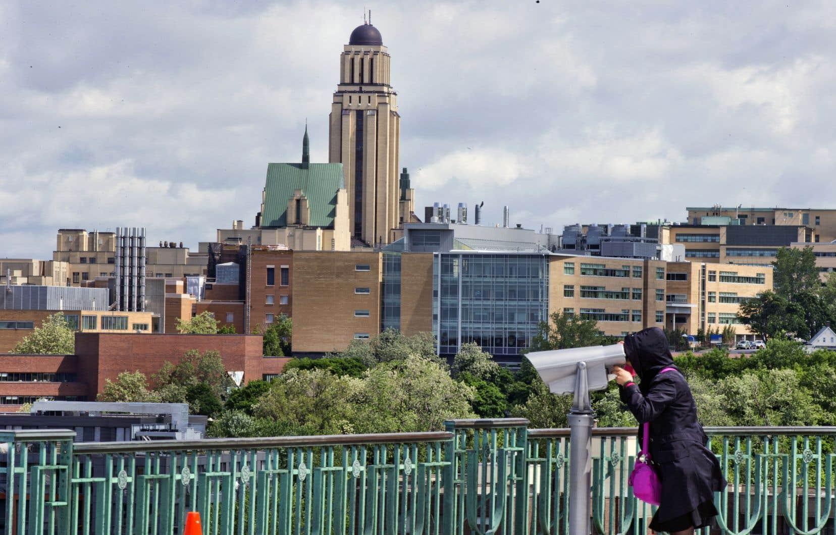 L'Université de Montréal compte augmenter «légèrement le nombre de cours multimodaux, c'est-à-dire donnés à la fois en présence et à distance, en particulier dans les programmes où il y a actuellement très peu d'activités en présentiel».