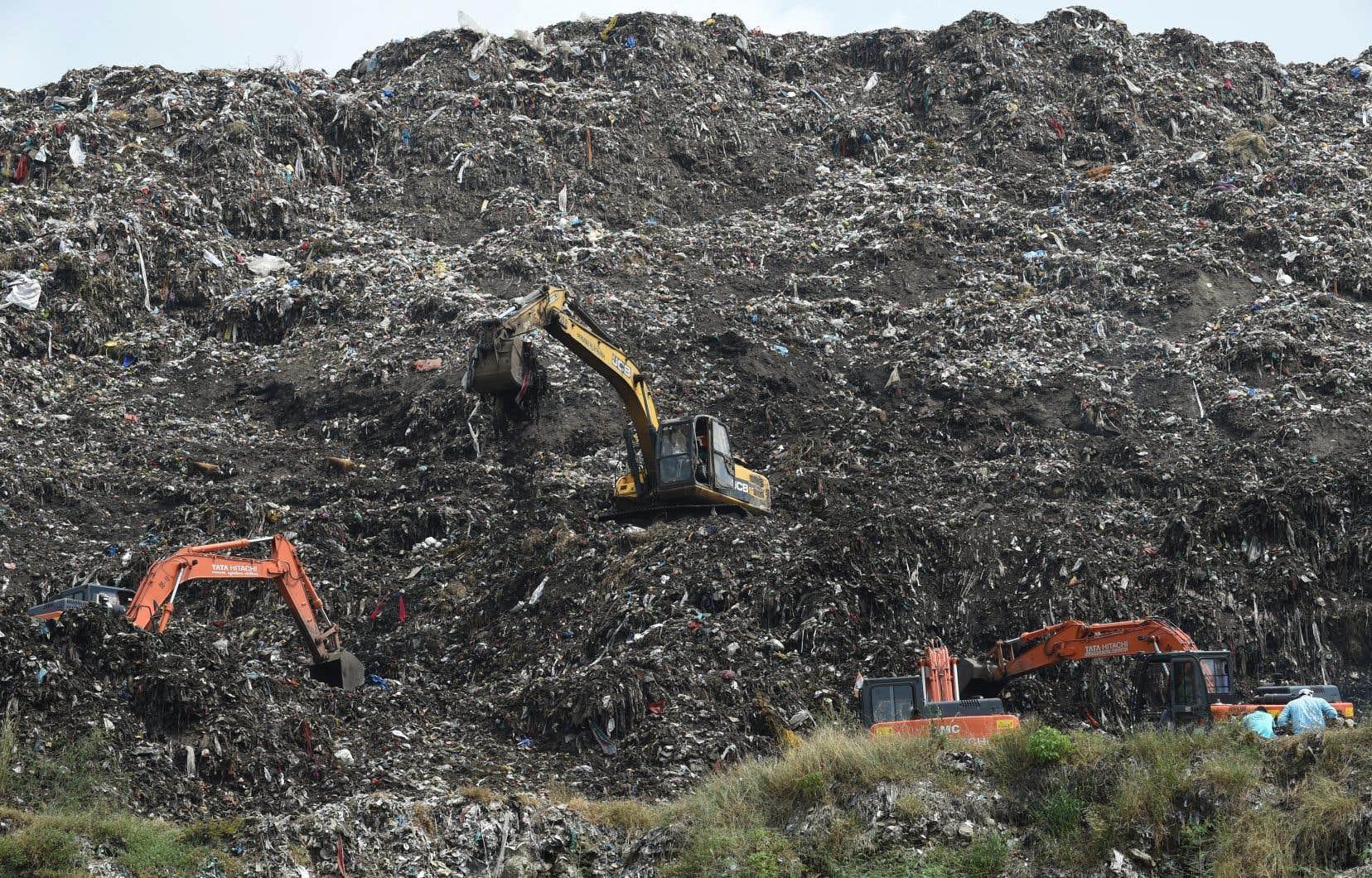 <p>Les secouristes poursuiventleurs recherches parmi des tonnes d'ordures et les chiens errants, sur cette décharge d'environ 32 hectares.</p>