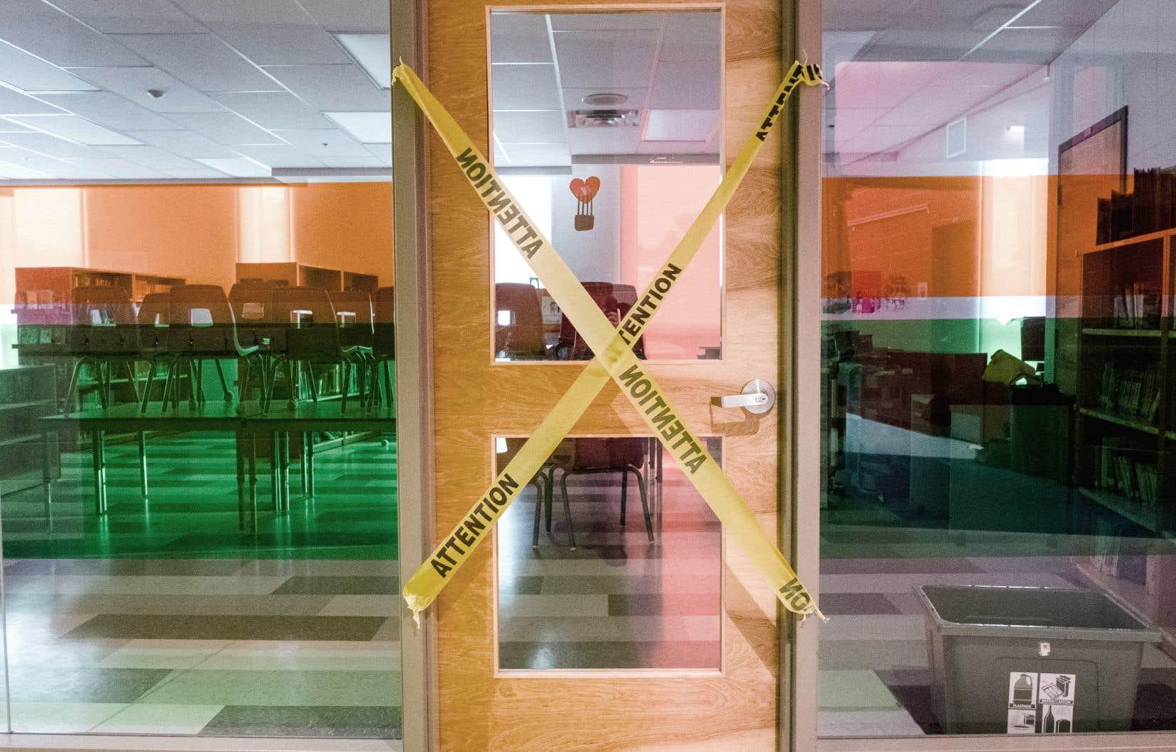 Certains établissements scolaires, comme l'école primaire Saint-Romain, à Longueuil, ont condamné l'accès à leur bibliothèque en raison de la pandémie.