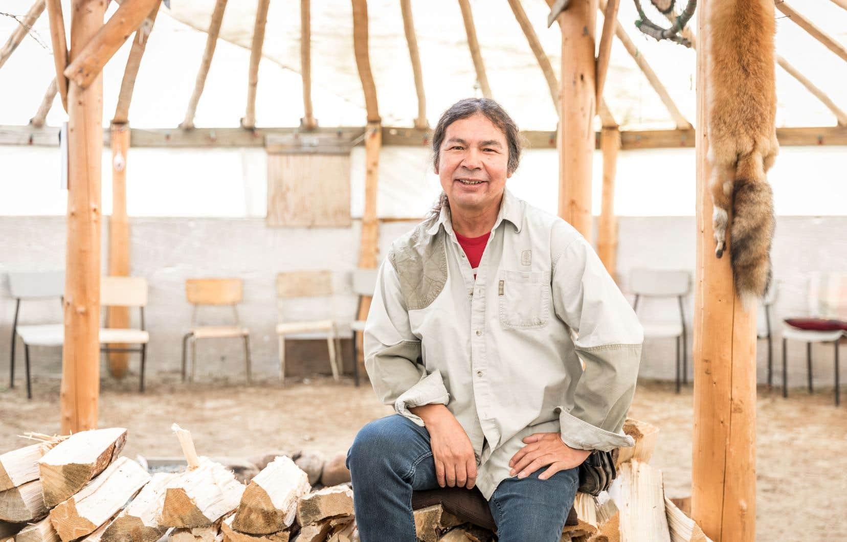 Les recherches d'Alex Cheezo visent à aider  les hommes de sa communauté à mieux comprendre les conséquences de la colonisation et à guérir par des approches traditionnelles, comme les cercles de partage, les huttes de sudation  et les jeûnes.