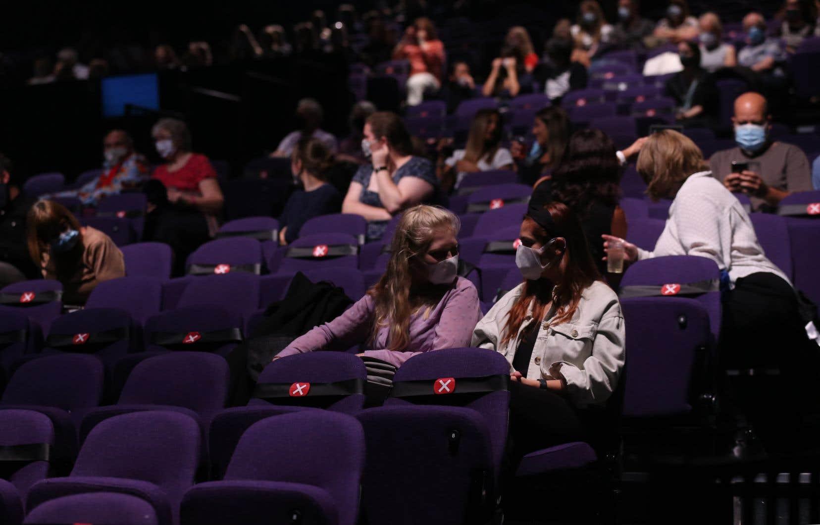 La distanciation physique dans les salles de spectacle et dans les cinémas pourrait être insuffisante.