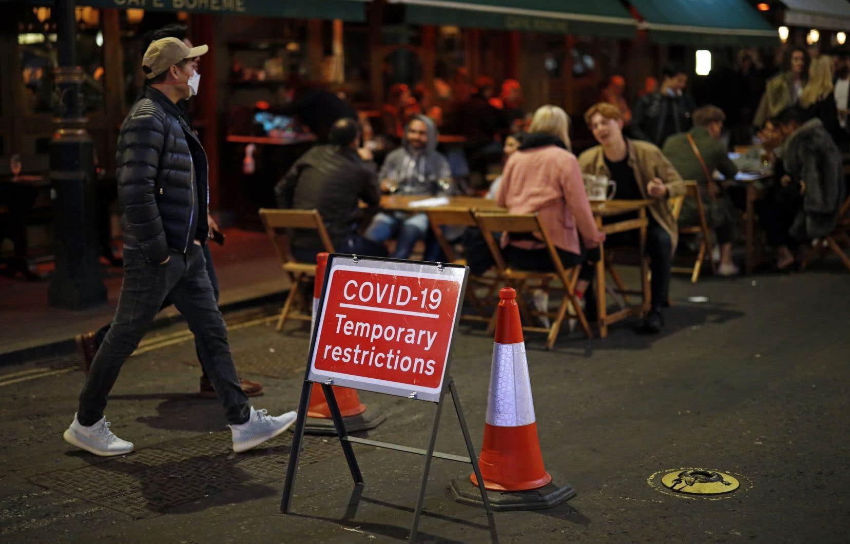De nouvelles restrictions ont été introduites ces dernières semaines en Grande-Bretagne en raison de l'augmentation du nombre de personnes infectées.