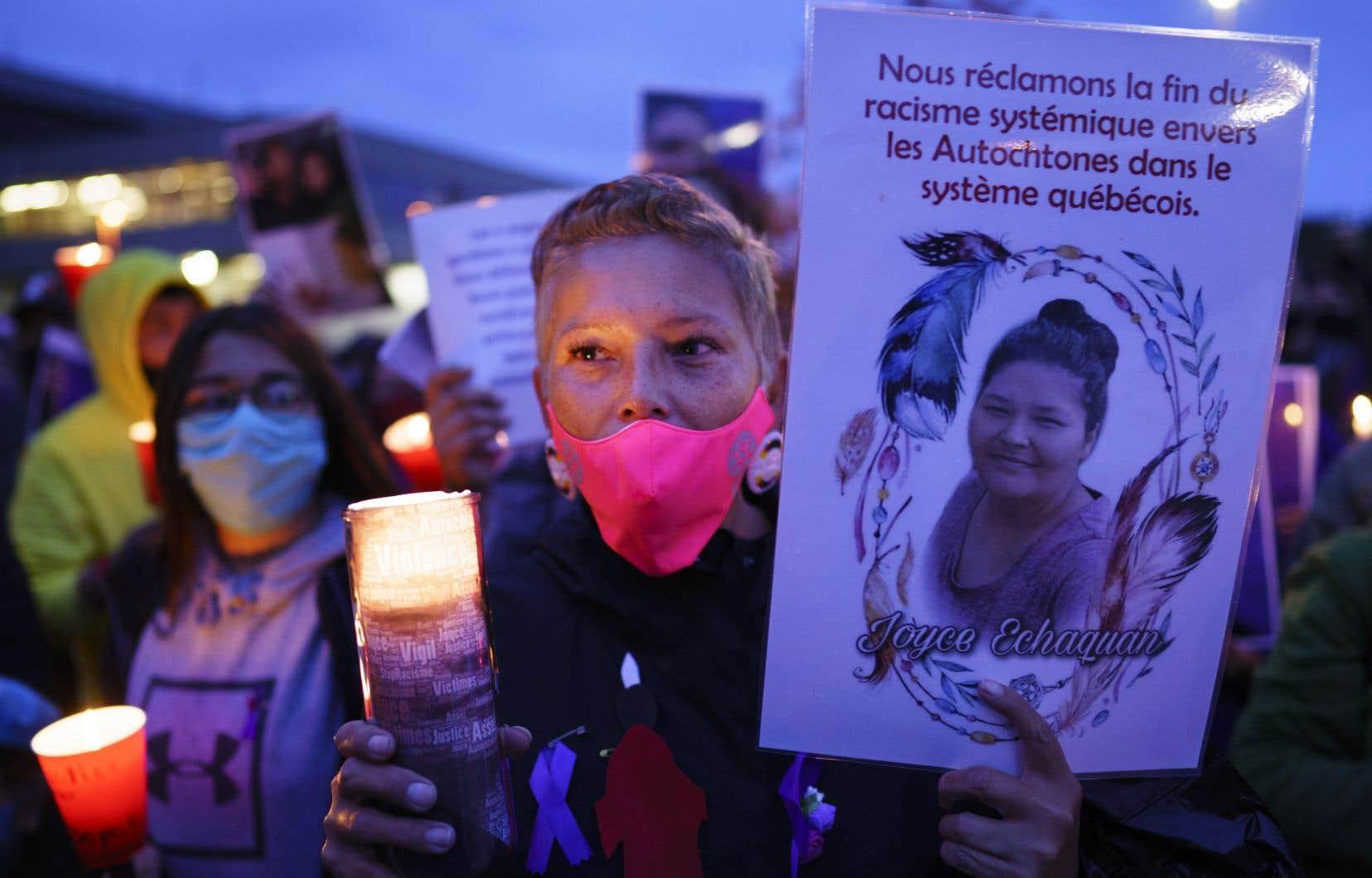 Une femme participe à la vigile en mémoire de Joyce Echaquan, devant l'hôpital où est décédée la mère de famille, à Joliette, le 29 septembre dernier. On peut lire sur son affiche: «Nous réclamons la fin du racisme systémique envers les Autochtones dans le système québécois.»