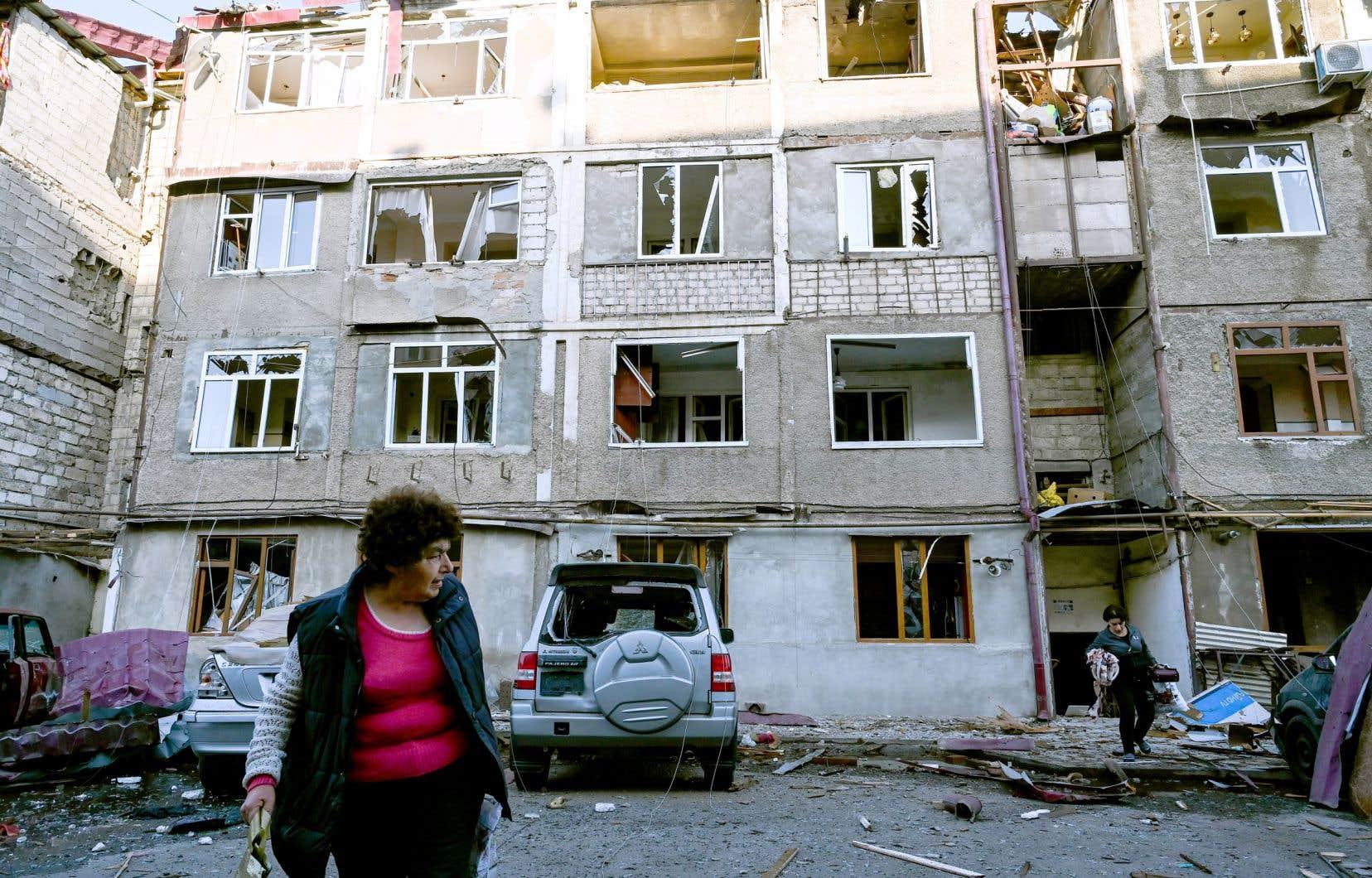 Deux femmes ont dû quitter leur demeure qui a été lourdement endommagée par les bombardements à Stepanakert, la capitale indépendantiste du Haut-Karabakh.