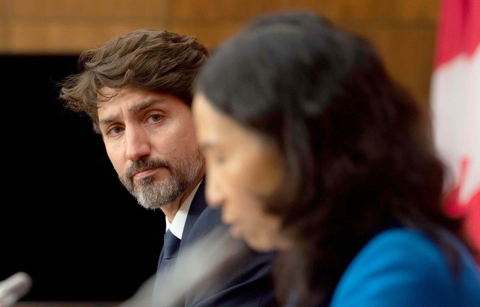 Le premier ministre Justin Trudeau, accompagné de l'administratrice en chef de la santé publique du Canada,Theresa Tam, en conférence de presse lundi à Ottawa
