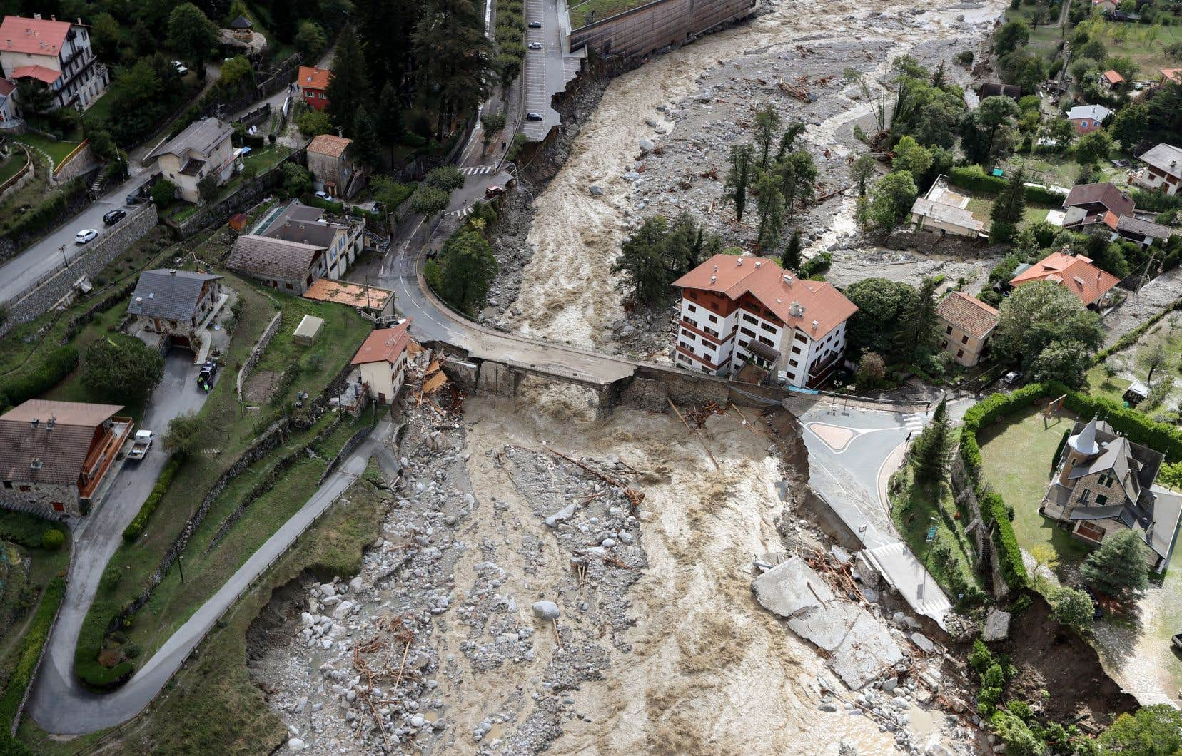 Vendredi,des maisons entières ont été réduites en miettes par les coulées de boue, l'asphalte des routes a été broyé, des ponts engloutis.