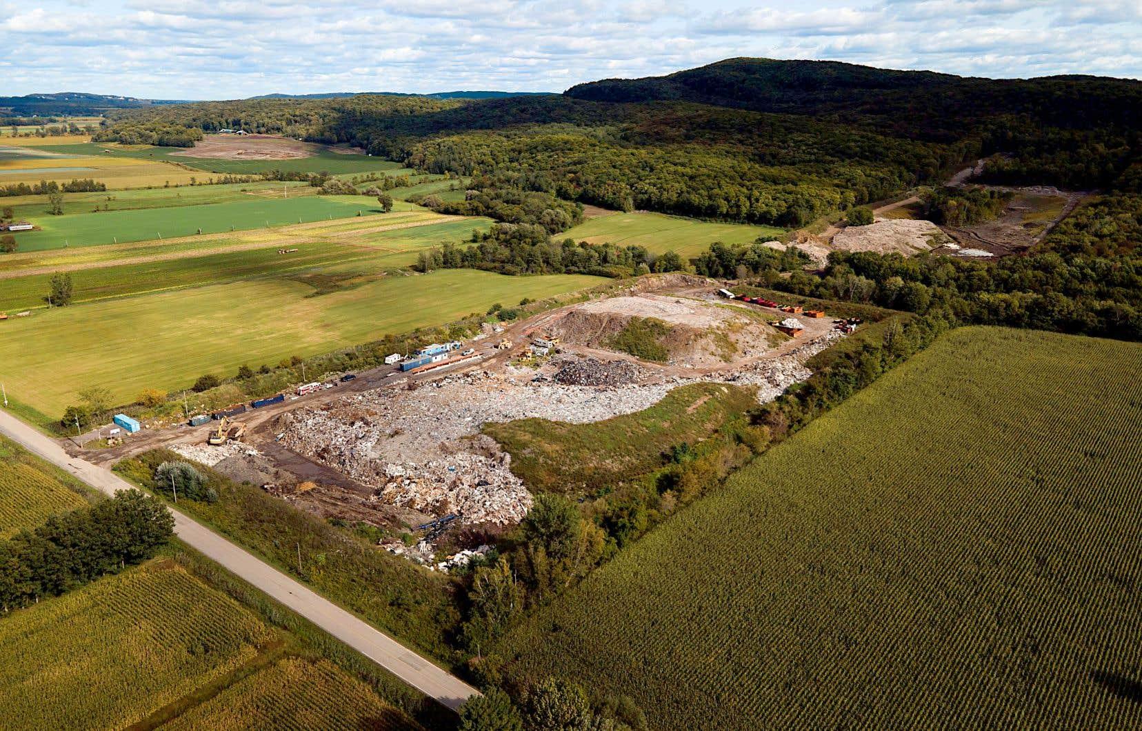 G&R Recyclage, qui appartient aux frères mohawks Robert et Gary Gabriel, se situe à la frontière des villes d'Oka et de Saint-Placide, sur une bande de terre mohawk.