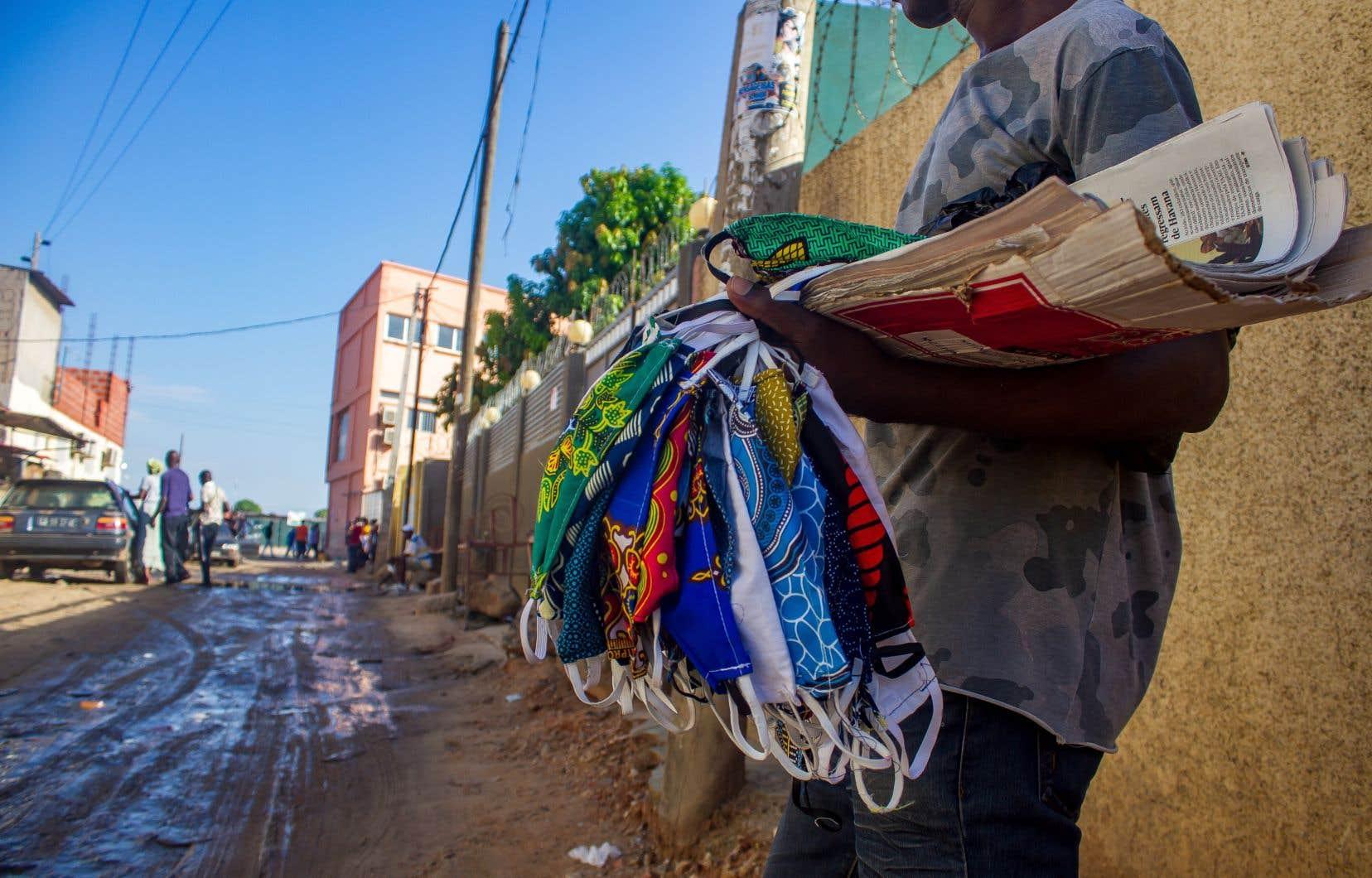 Sauf exception, le bas du classement d'OXFAM est monopolisé par des pays en développement, notamment d'Afrique. Ici, un vendeur de rue offre des couvre-visages à Luanda, en Angola.