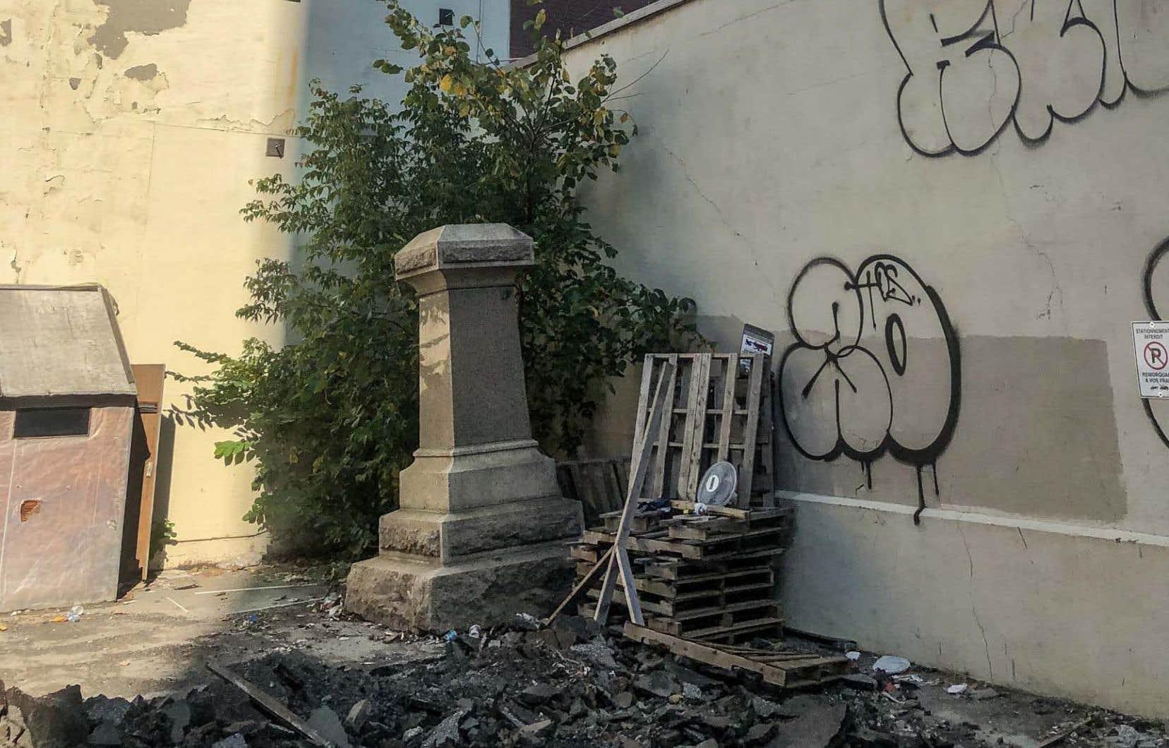 Le socle du monument à Chénier est entreposé rue Young, dans Griffintown, selon la Ville. Or, c'est plutôt dans une rue adjacente que «Le Devoir» l'a retrouvé, non pas entreposé avec soin, mais gisant tout bonnement au fond d'un terrain vague.