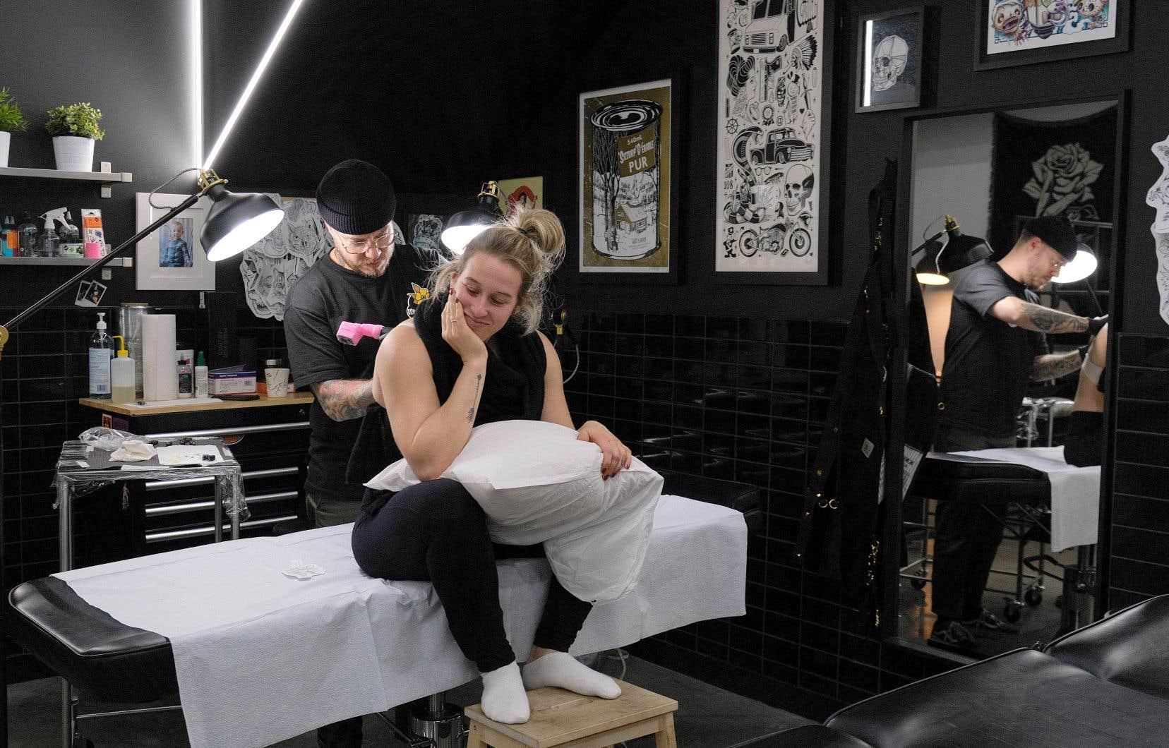 Chacun des épisodes d'Encré dans la peau est construit autour du passage sous le stylet expert de deux adeptes de cet art, dont une personnalité publique (Marianne St-Gelais sur notre photo), qui se confient sur leur amour du tatouage.