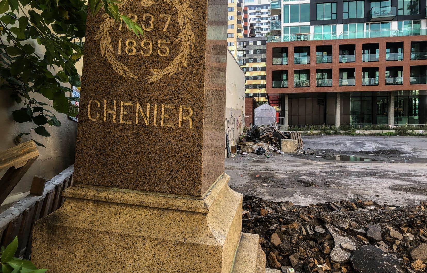 «Le Devoir» a retrouvé le socle du monument à Chénier, non pas entreposé avec soins, mais gisant tout bonnement au fond d'un terrain vague.