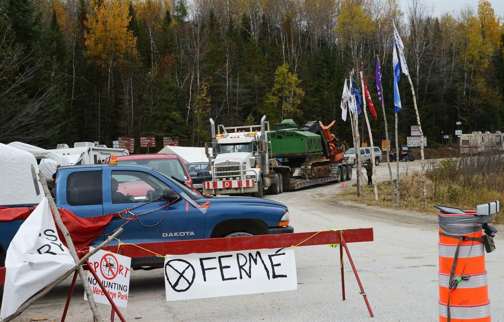 Des militants anichinabés se sont installés à l'intersection du chemin Lépine-Clova et de la route 117. Ils demandent un moratoire contre la chasse à l'orignal dans la réserve faunique La Vérendrye, mais aussi sur les territoires avoisinants.