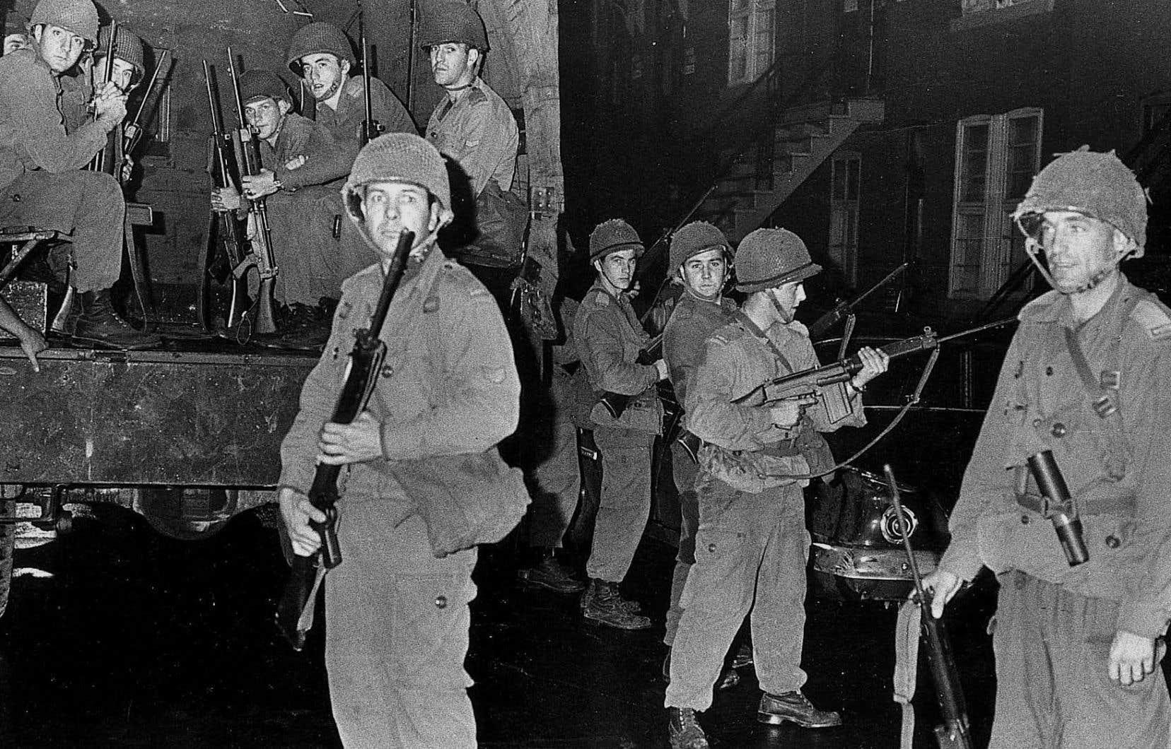 Des soldats déployés sur la rue Parthenais, à Montréal, le 8 octobre 1970.