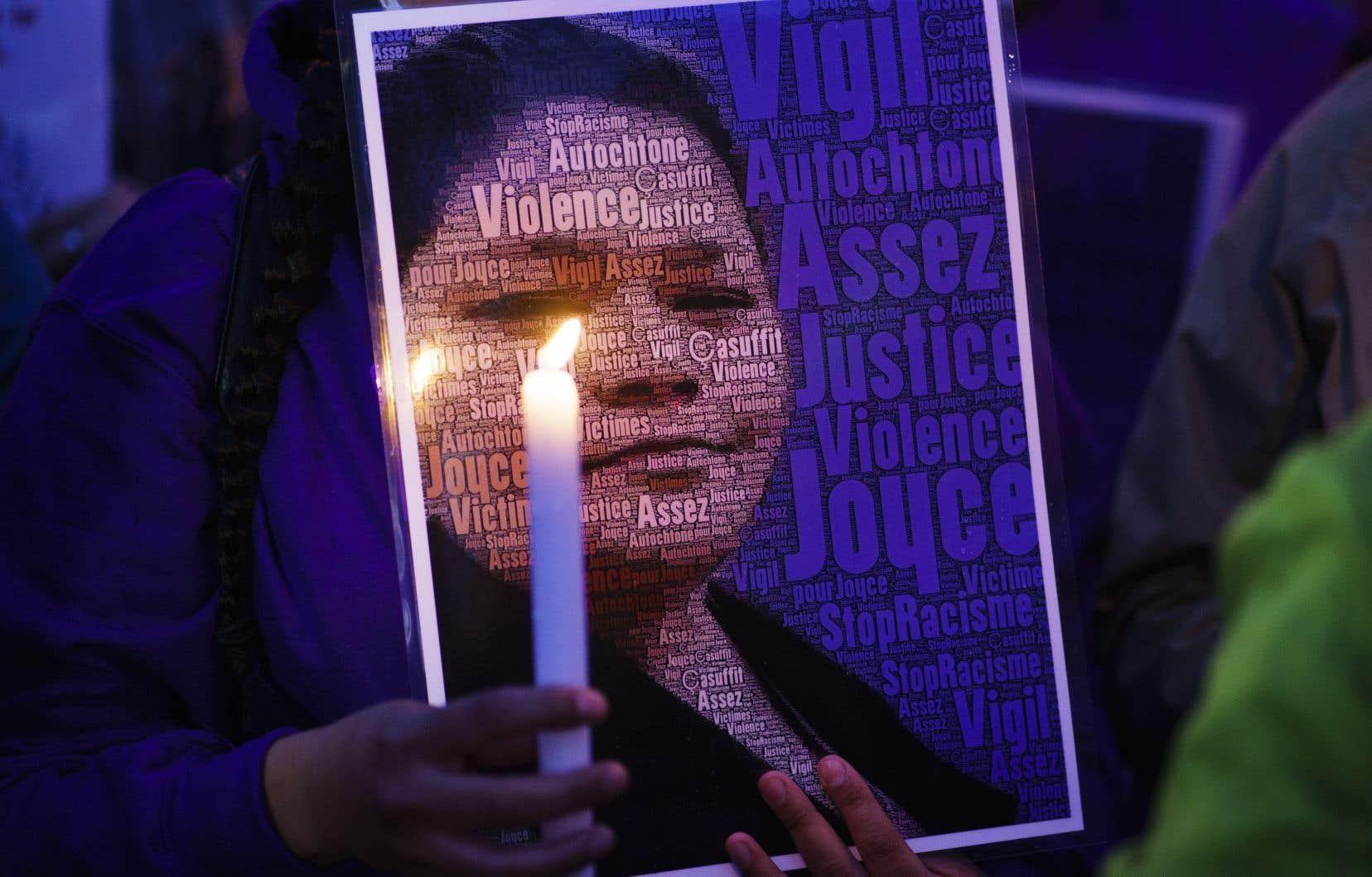 Une photo de Joyce Echaquan tenue par une manifestante, le mardi 29 septembre, à Joliette.