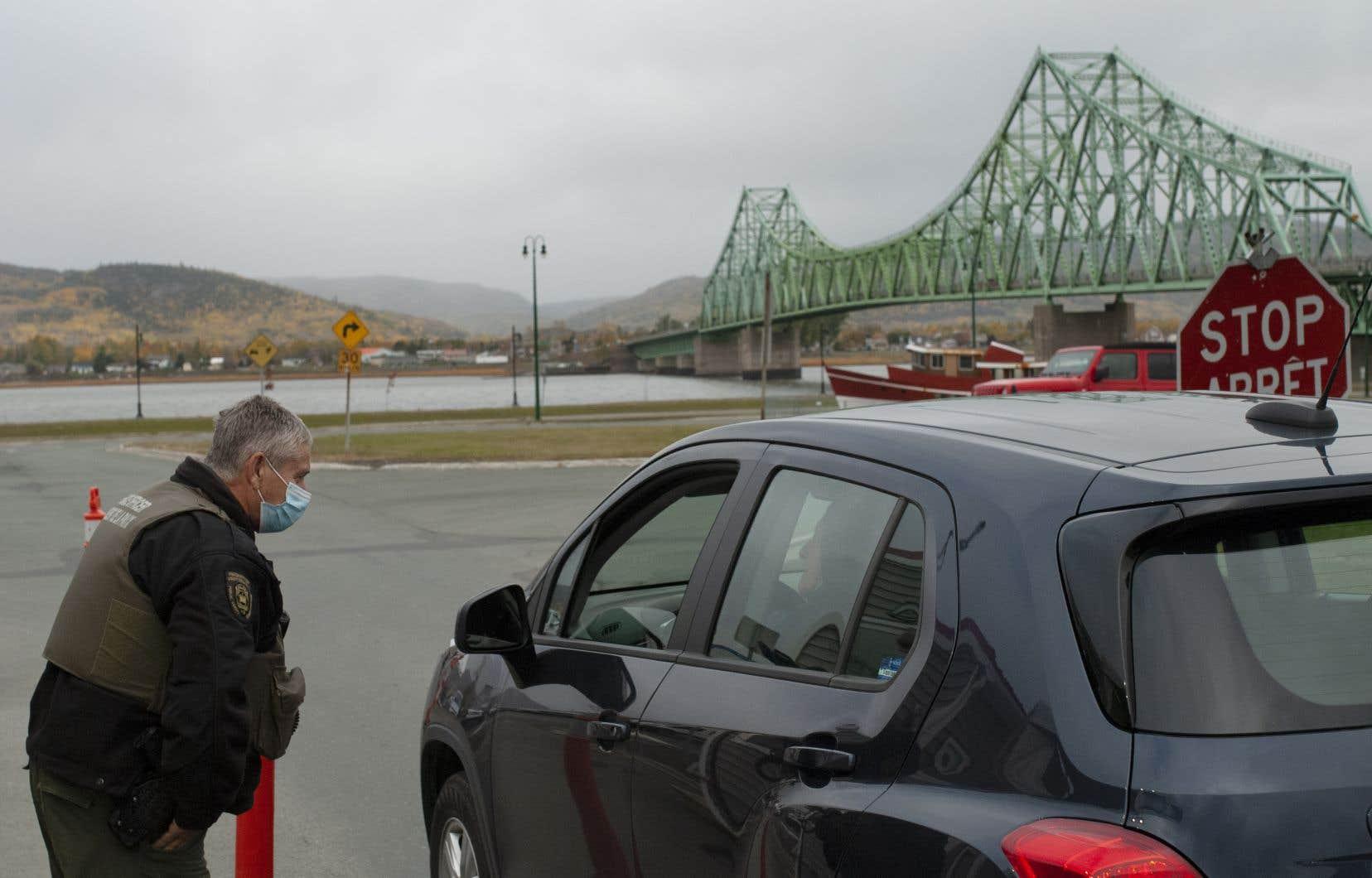 Un point de contrôle policier près du pont Van Horne, qui relie Campbellton, au Nouveau-Brunswick, à Pointe-à-la-Croix, au Québec