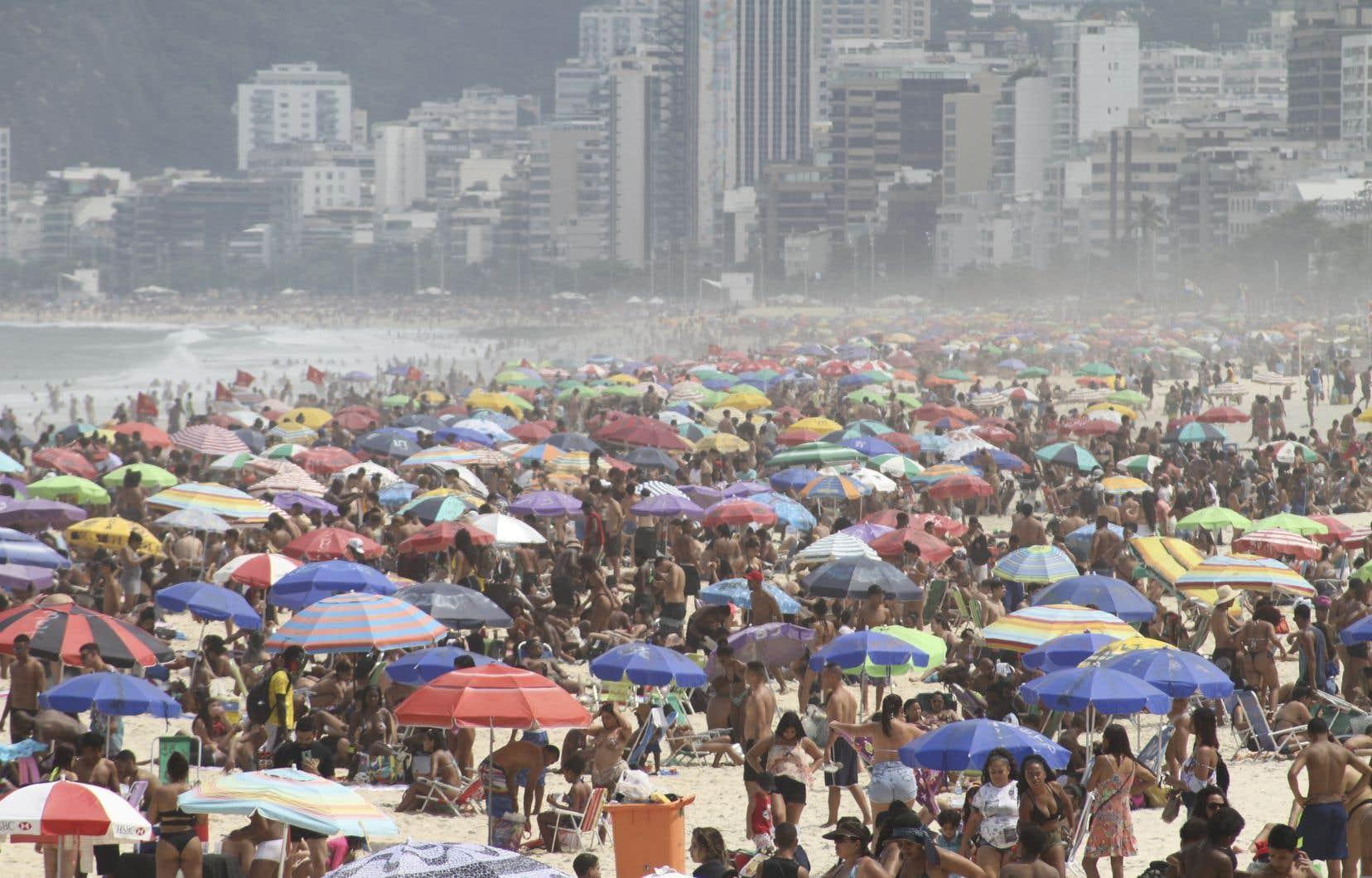 Les mesures de restriction prises au niveau local sont souvent peu respectées, en témoignent les plages bondées à Rio de Janeiro, en dépit de l'interdit municipal.
