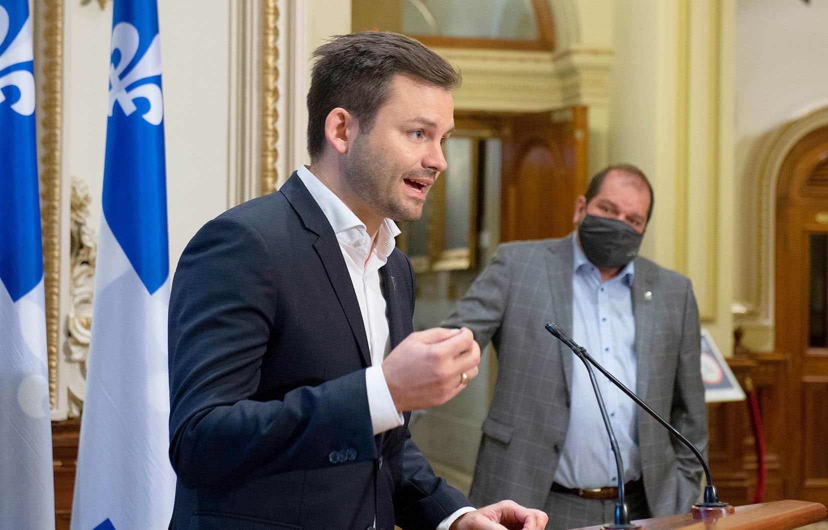 Le nouveau chef du Parti québécois, Paul St-Pierre-Plamondon, a rencontré la presse parlementaire après une première séance avec le caucus des députés, dont le leader parlementaire, Harol LeBel, que l'on aperçoit sur la photo.