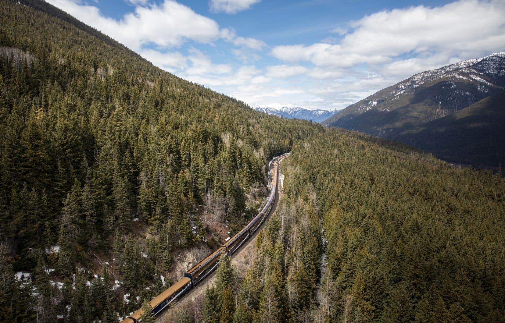 Le «Rocky Mountaineer», inauguré en 1990, convie les voyageurs à explorer l'ouest du pays seulement pendant la journée, leur assurant de ne rien manquer des Rocheuses.