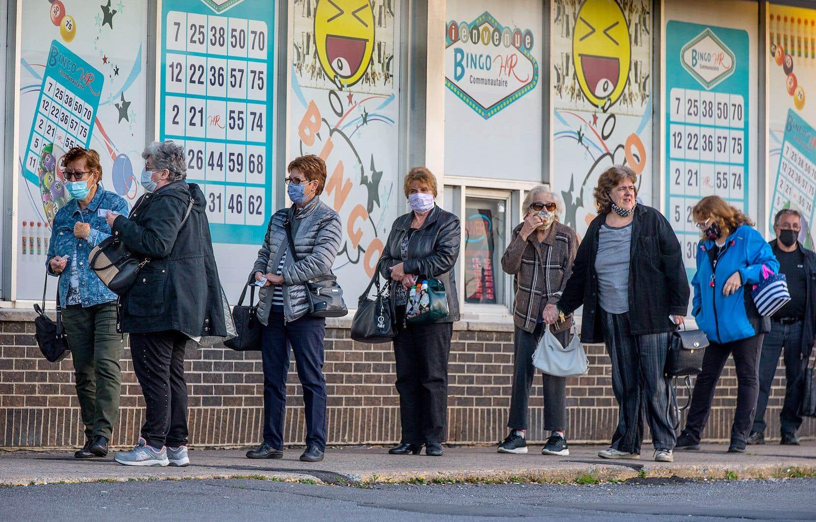 Les amateurs de bingo étaient encore nombreux à faire la file en attendant qu'on ouvre les portes pour une autre soirée de bingo. Mais les joueurs n'ont guère eu le temps de remplir les cartes, les forces policières étant intervenues au nom de la santé publique.