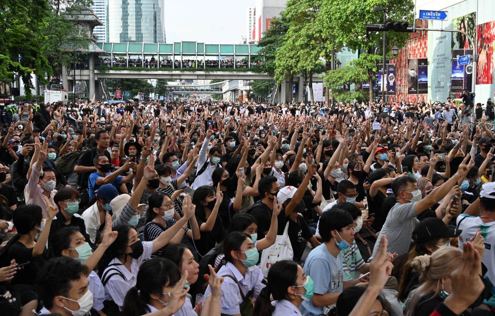 Jeudi, quelque 10000 personnes, selon la police, ont afflué dans le centre de Bangkok pour protester contre l'arrestation de plusieurs dirigeants du mouvement pro-démocratie.