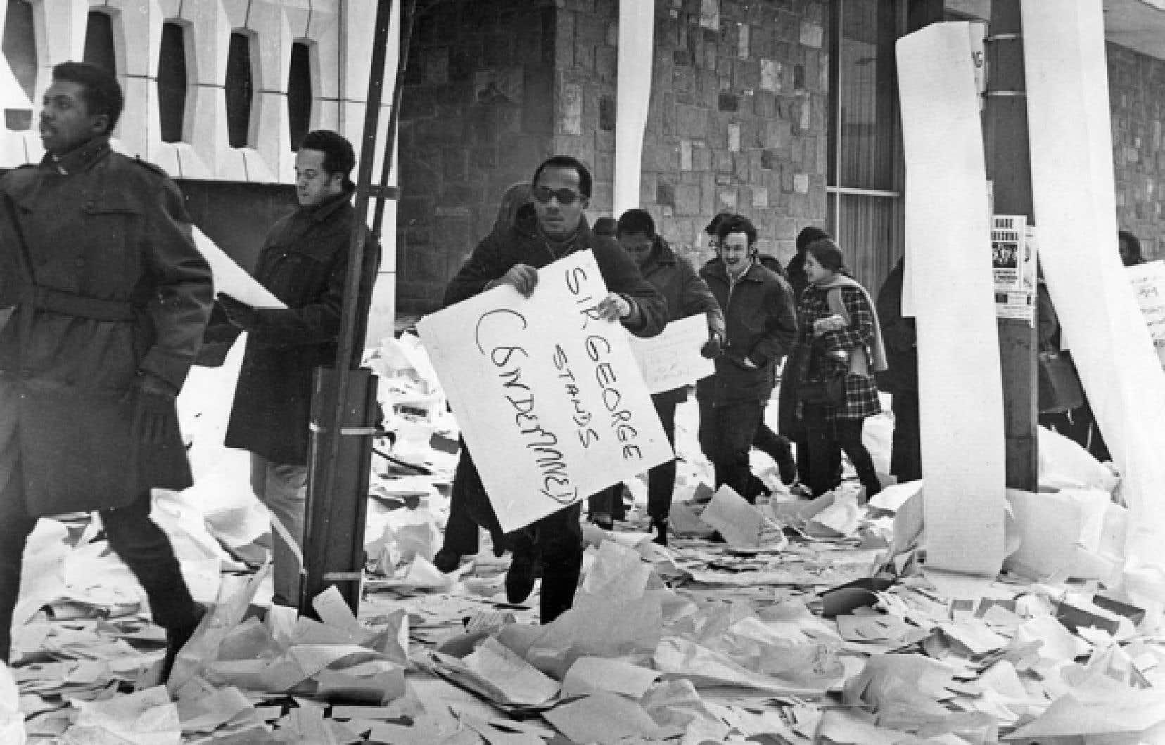 Des étudiants de Sir George se fraient un chemin parmi les objets lancés depuis le laboratoire informatique lors de l'émeute de février 1969.