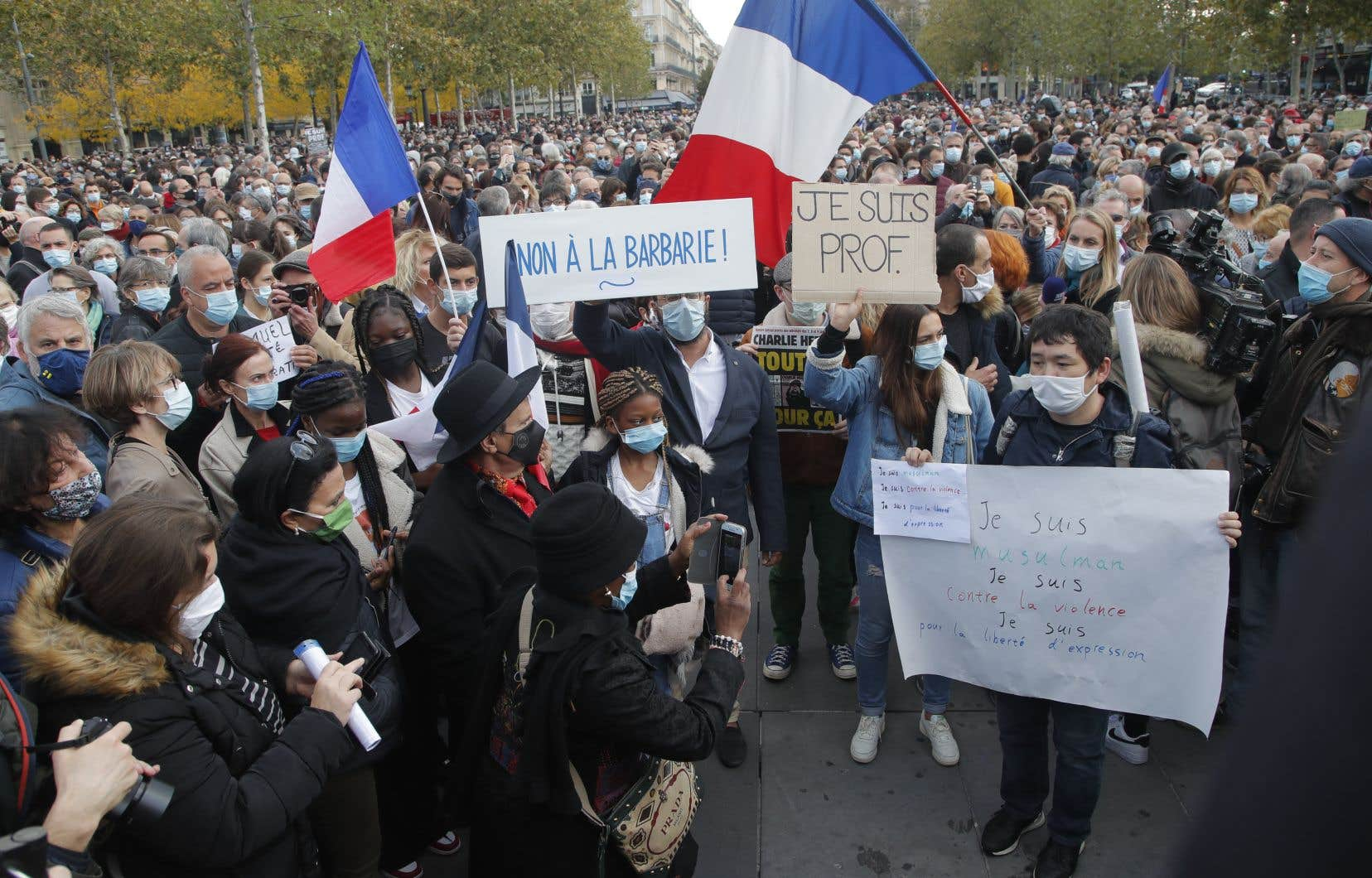 Les manifestants ont salué dans le calme à Paris, sur la place de la République, la mémoire de cet enseignant.