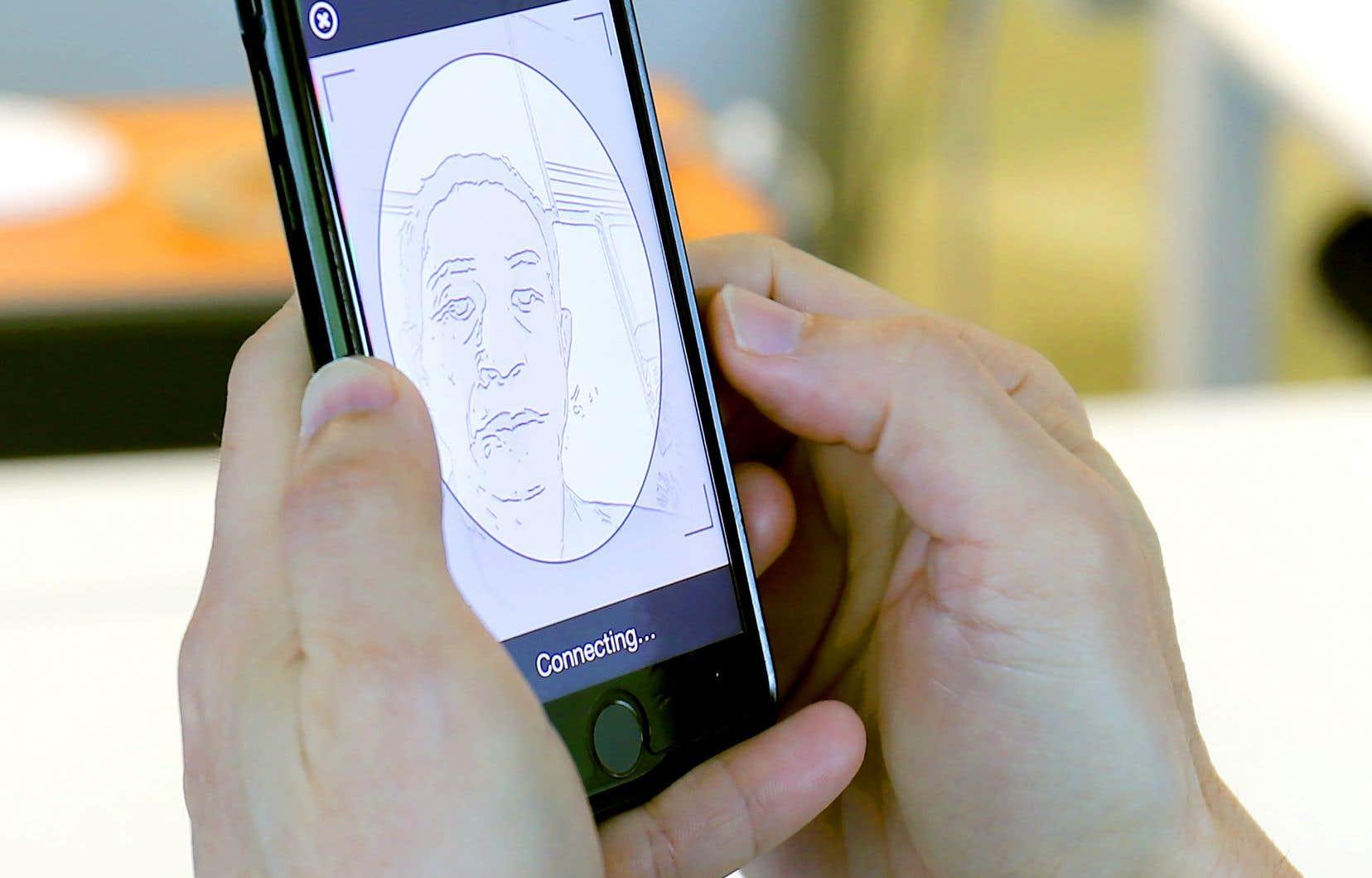 Lee Sea Lin, directeur de l'innovation chez Toppan Ecquaria, une entreprise qui a collaboré avec l'agence gouvernementale GovTech, teste la technologie de reconnaissance faciale sur un téléphone cellulaire, à Singapour.