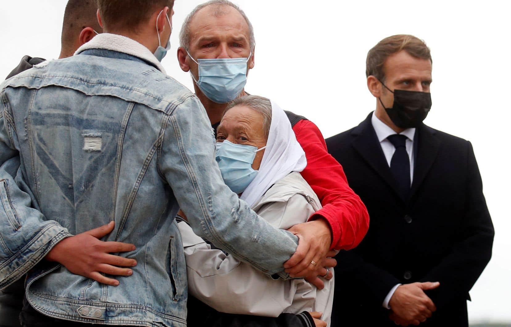 Sophie Pétronin (avec le voile blanc) a été  accueillie par  sa famille et  le président  Emmanuel  Macron à son  retour en sol français  le 9 octobre  dernier.