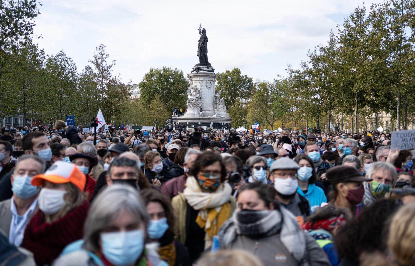 À Paris, la place de la République était noire de monde dimanche, des milliers de personnes étant venues honorer la mémoire de Samuel Paty, décapité pour avoir montré à ses élèves des caricatures de Mahomet.