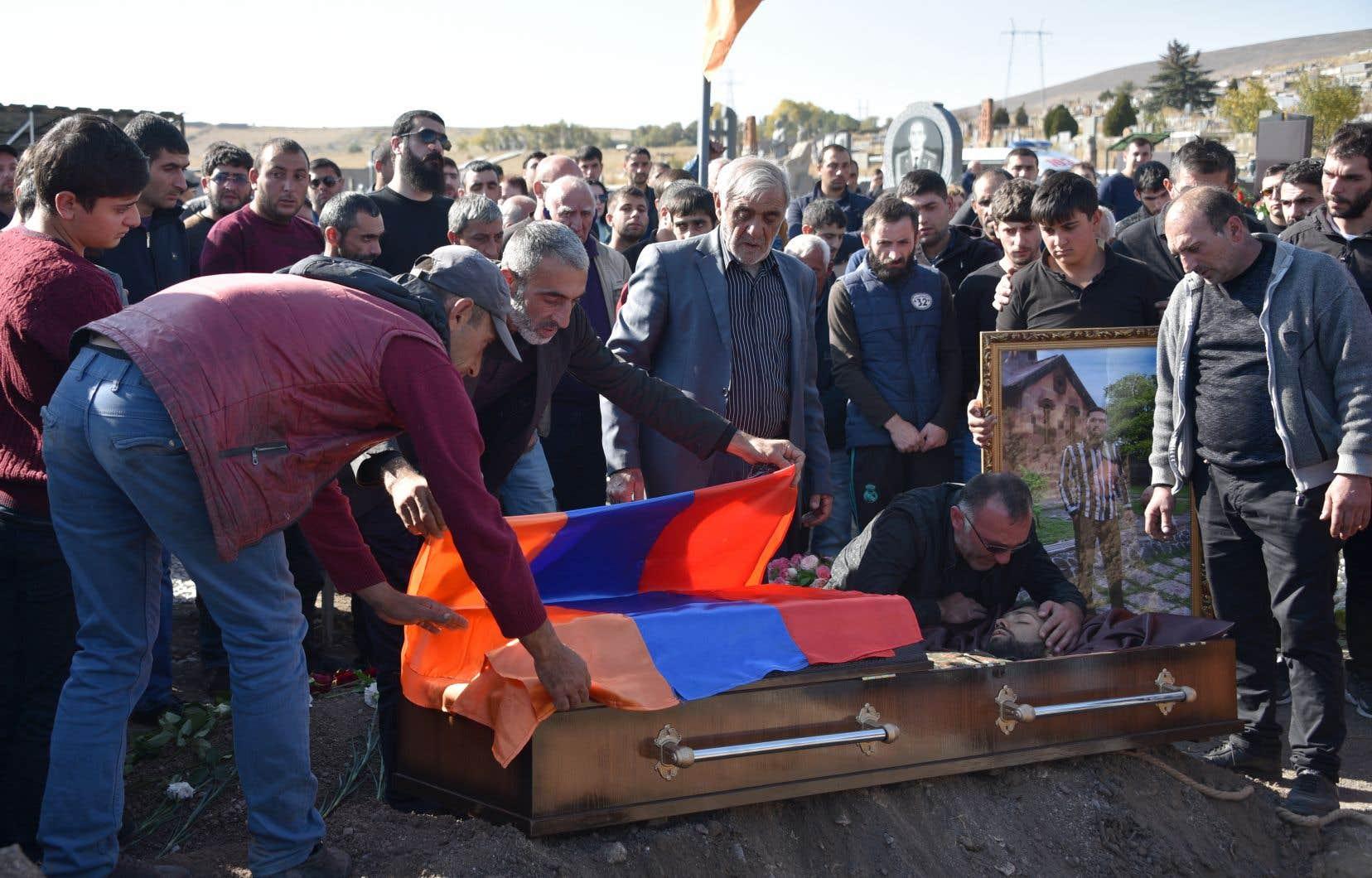 La cérémonie de funérailles, lundi, dans la ville de Guymri, d'un soldat arménien mort au combat dans le Haut-Karabakh.
