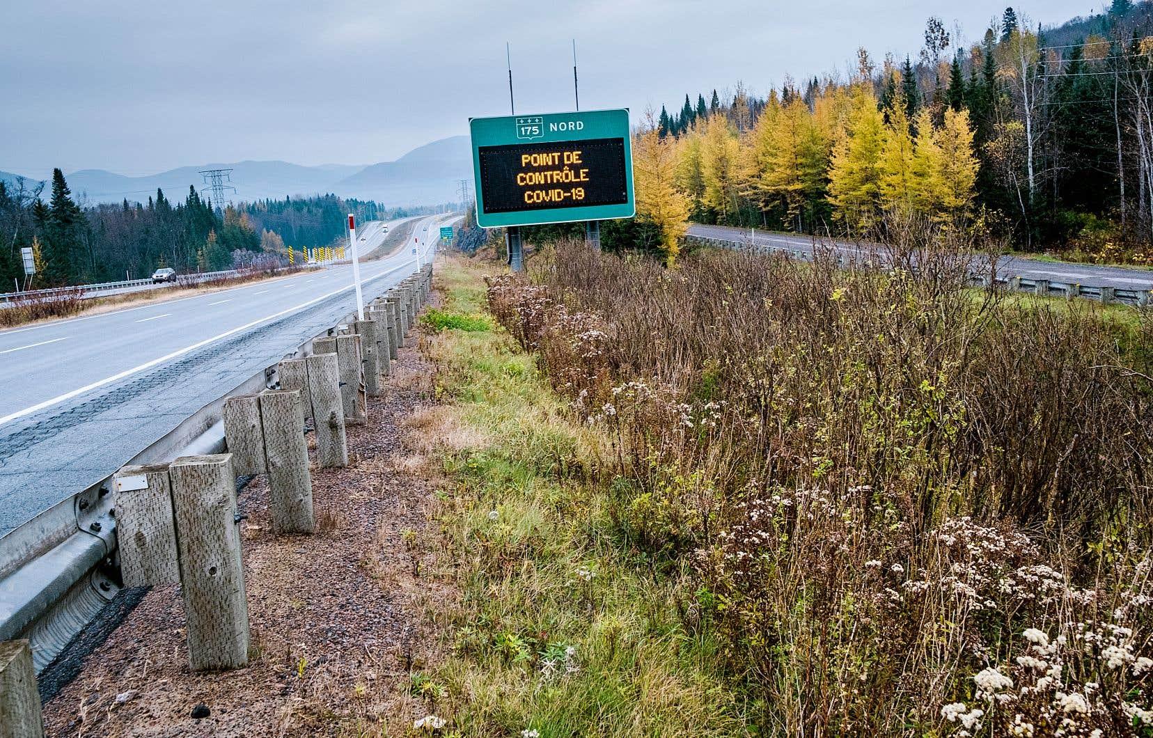 Un panneau annonce la présence d'un point de contrôle au départ de Québec sur la route 175, direction nord.