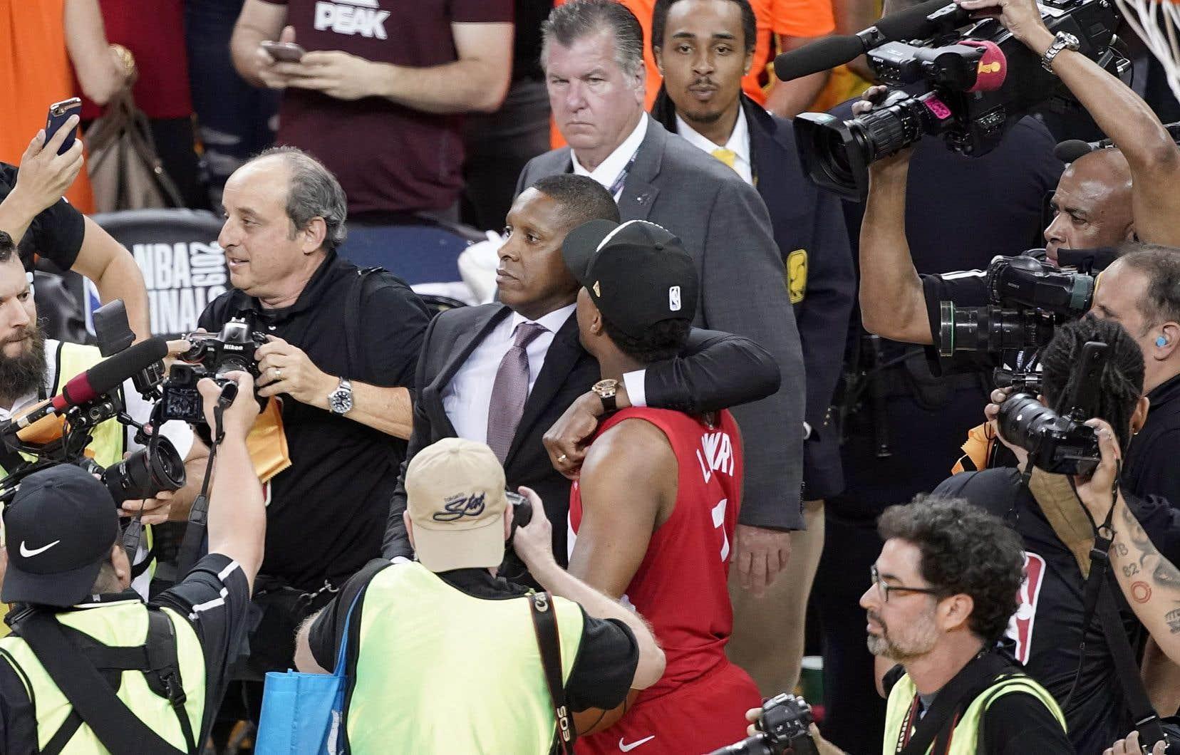L'altercation s'est produite quand Masai Ujiri (avec la cravate) tentait d'accéder au terrain après la victoire des Raptors au championnat de 2019.