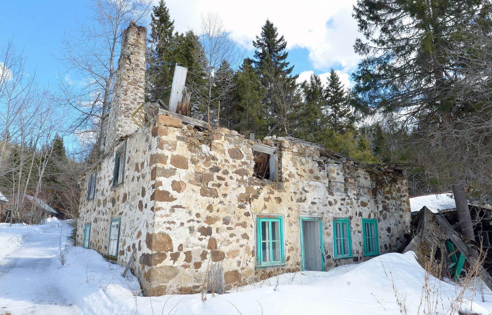 Dans un rapport divulgué en juin, la vérificatrice générale citait plusieurs cas de biens pourtant protégés et laissés néanmoins à l'abandon, dont celui du moulin du gouffre à Baie-Saint-Paul, qui a été classé en 1965 et qui s'est effondré à la fin des années 2000.