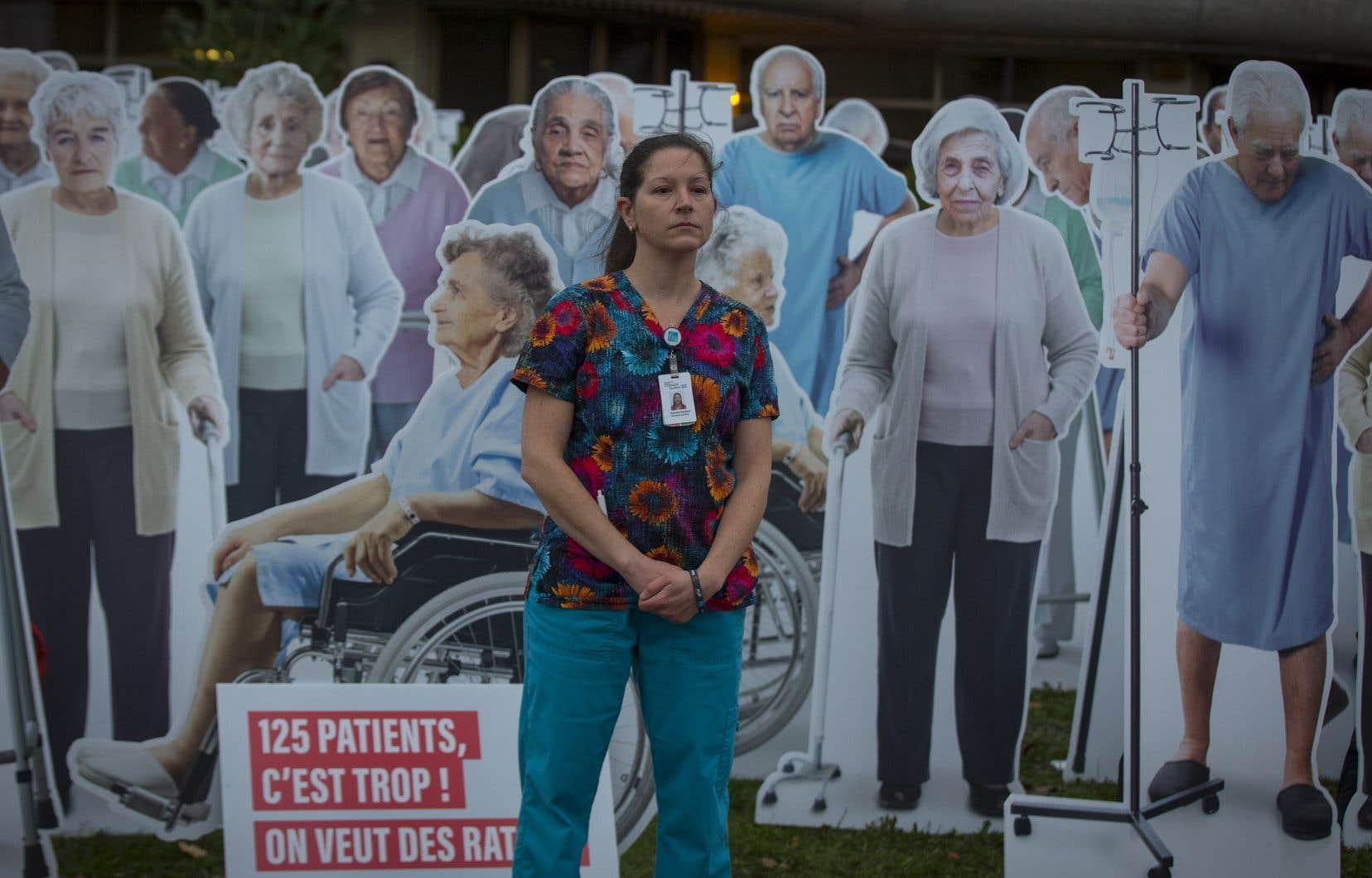 <p>Pour illustrer la situation, des membres de la FIQ se sont rendus tôt en matinée sur le terrain du Centre d'hébergement René-Lévesque, à Longueuil, pour y installer 125 effigies représentant autant de patients de CHSLD. Par la suite, une professionnelle en soins a simulé sa tournée de soins en mettant en évidence la surcharge de travail que représente un tel nombre de patients pour elle.</p>
