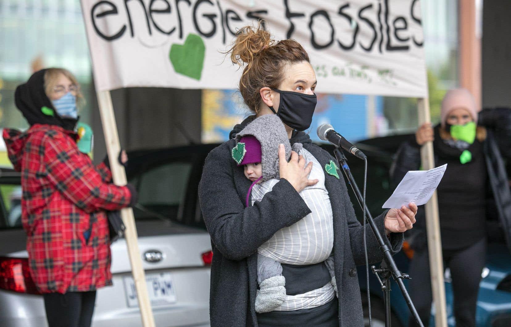 Véronique Côté tient sa petite de quatre mois durant la vigile pour la suite du monde, organisée par les Mères au front devant les bureaux du premier ministre Justin Trudeau, mercredi à Montréal.