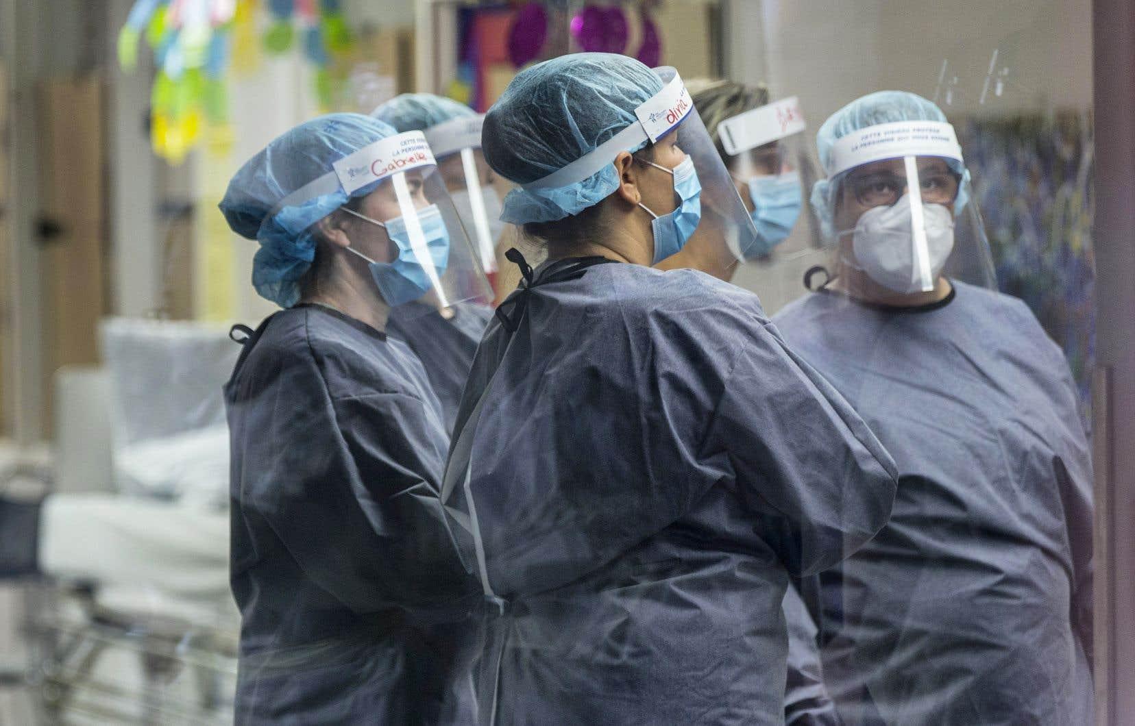 Le fort pourcentage d'employés asymptomatiques représente un problème majeur pour prévenir les éclosions dans les systèmes de santé.