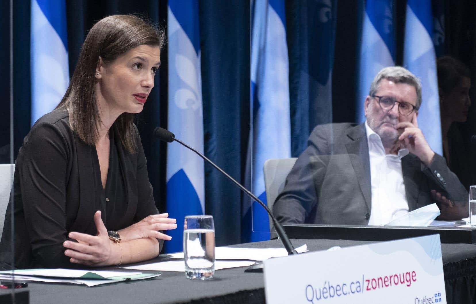 La ministre responsable de la région de Québec, Geneviève Guilbault, enjoint aux citoyens de la région de la capitale de respecter les règles sanitaires pour éviter des ruptures de service dans les hôpitaux. On la voit ici en compagnie du maire Régis Labeaume.