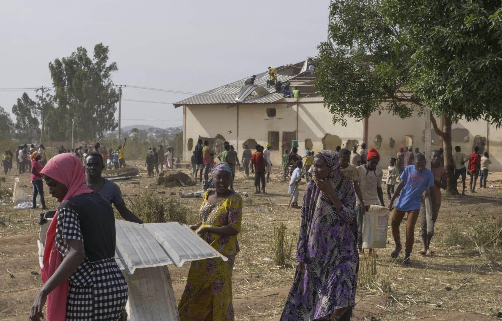 À Jos,plusieurs milliers de personnes ont envahi et pillé un immense entrepôt de nourriture.